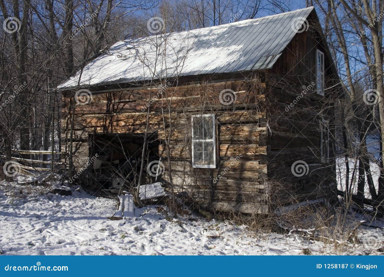 Vieille cabane en bois image stock image du hiver glace for Destockage cabane en bois