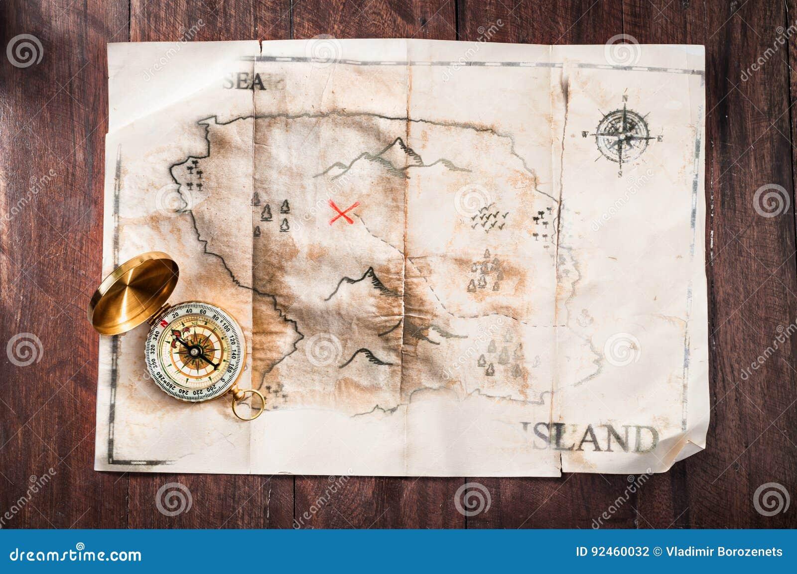 Vieille carte cassée de faux vintage sur le bureau en bois avec la