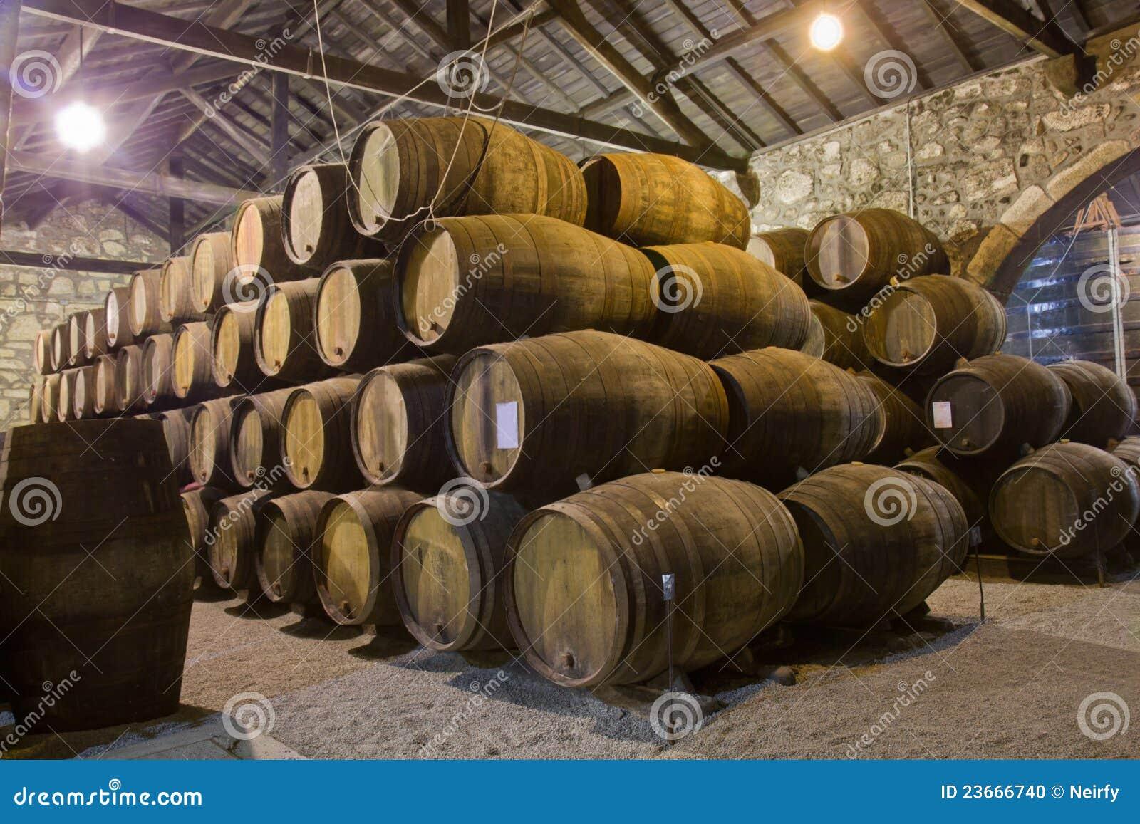 Vieille cave avec des barils de vin