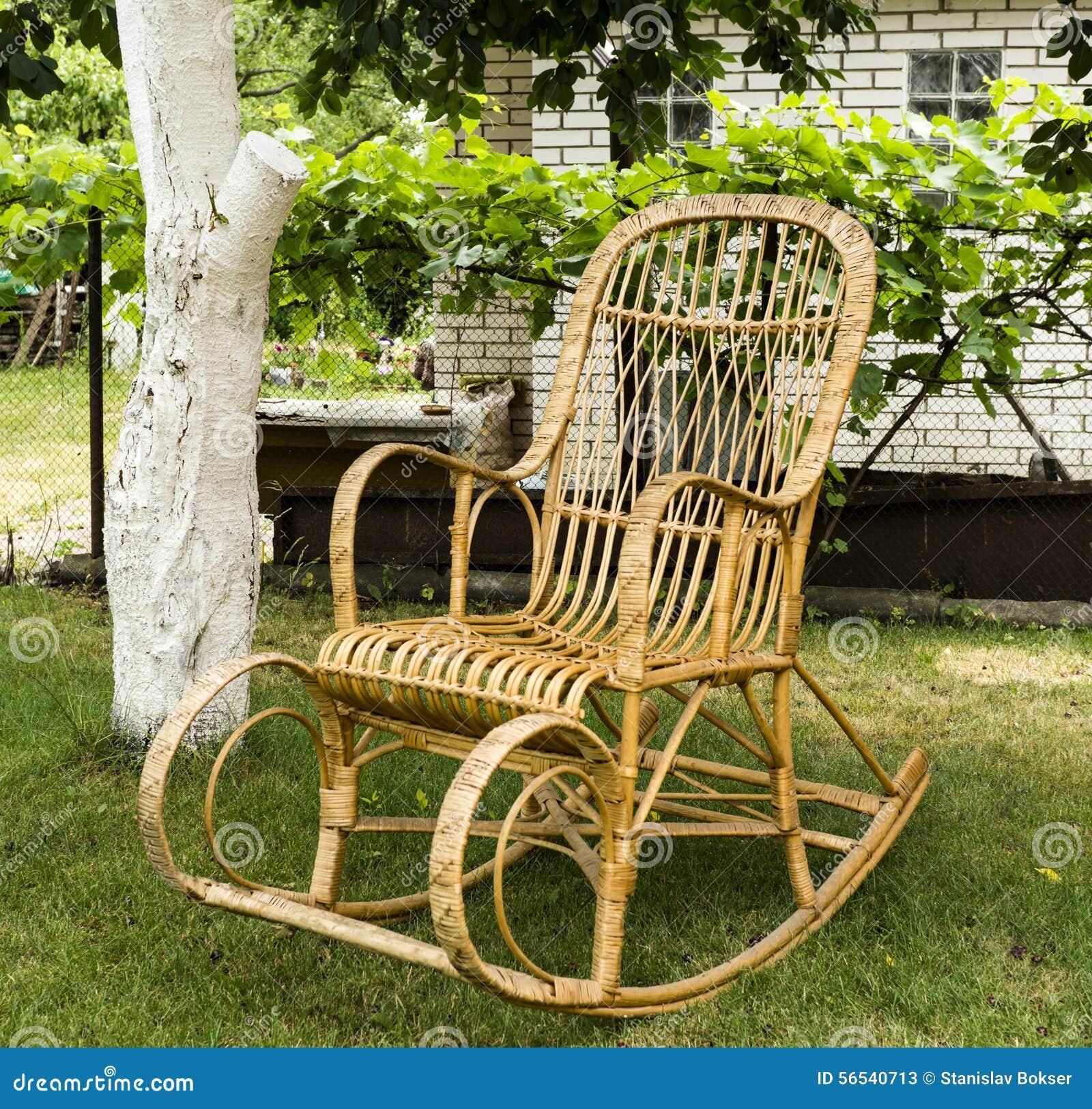 Vieille Chaise De Basculage En Bois Osier
