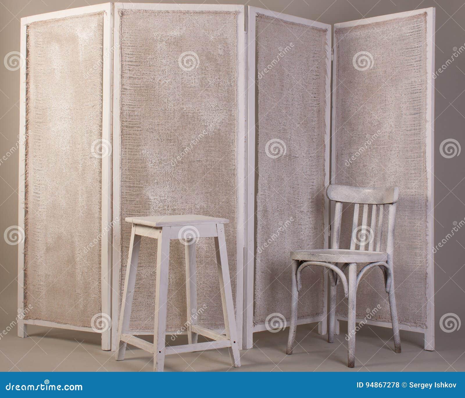 Vieille chaise en bois blanche, chaise et écran se pliant se pliant d isolement sur le gris