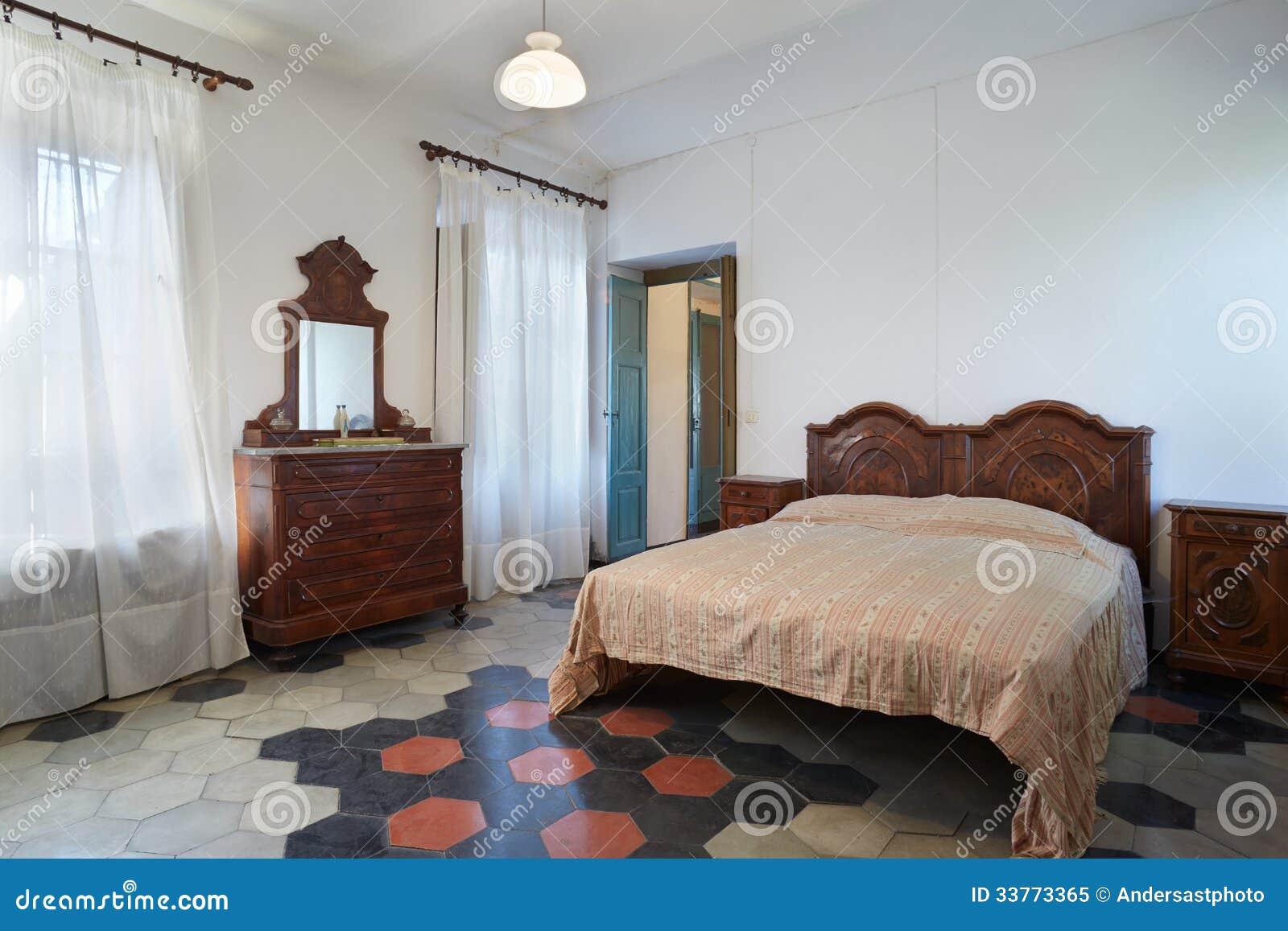 Vieille Chambre Coucher Dans La Maison De Campagne Photo Libre De Droits Image 33773365