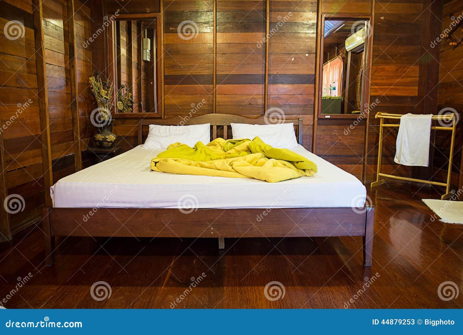 Vieille chambre coucher vide en bois naturel photo stock for Chambre vide