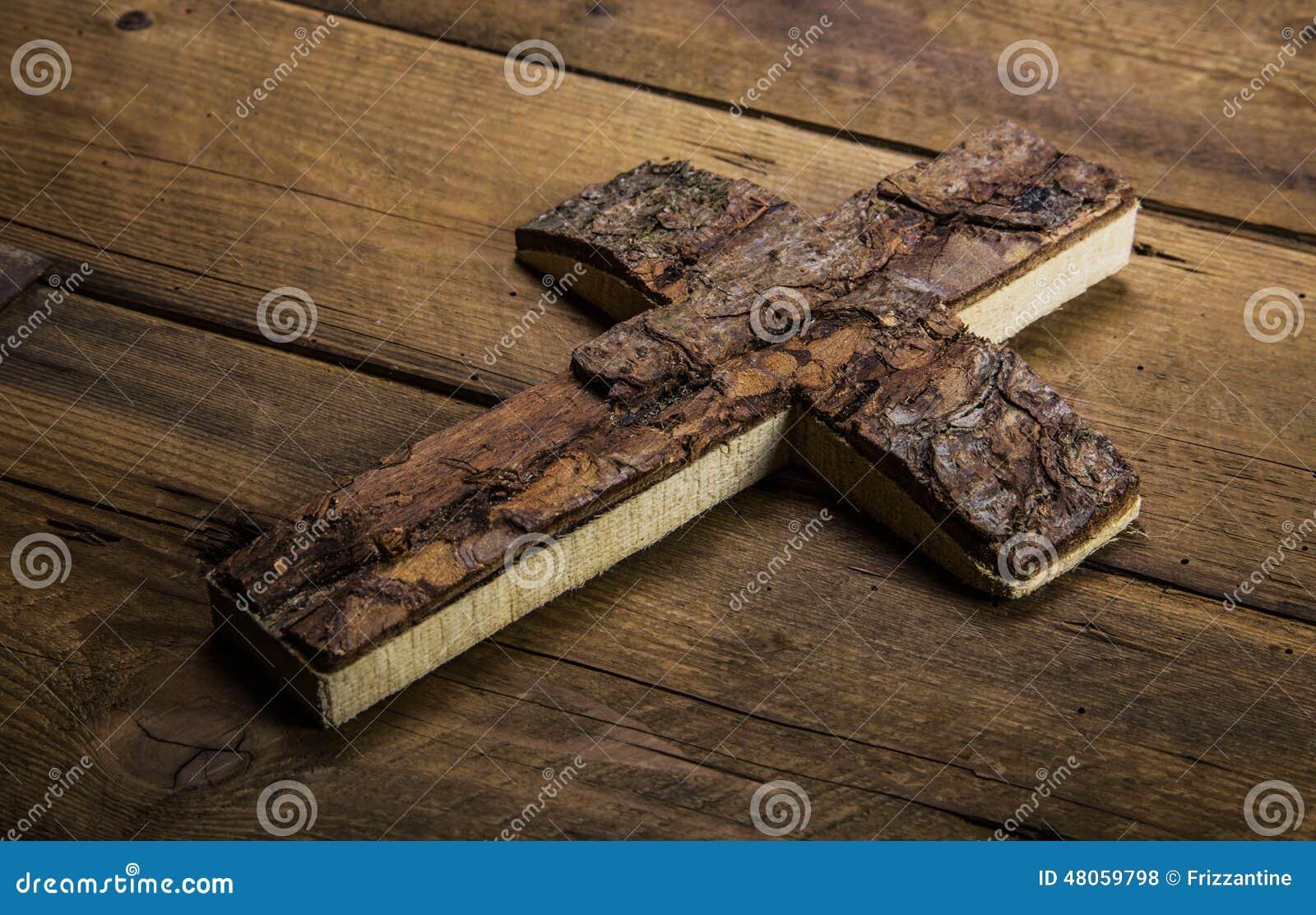 Vieille croix sur le fond en bois pour des concepts de deuil ou de mort