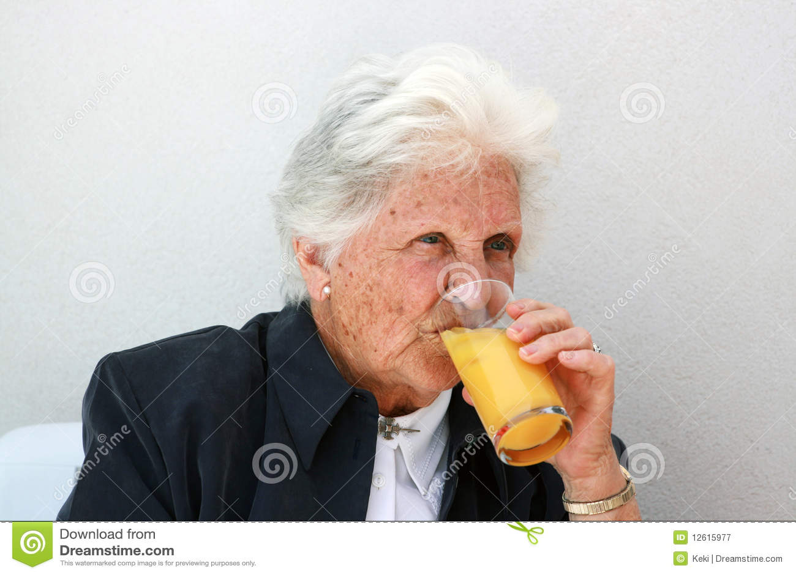 Vieille dame buvant du jus d orange