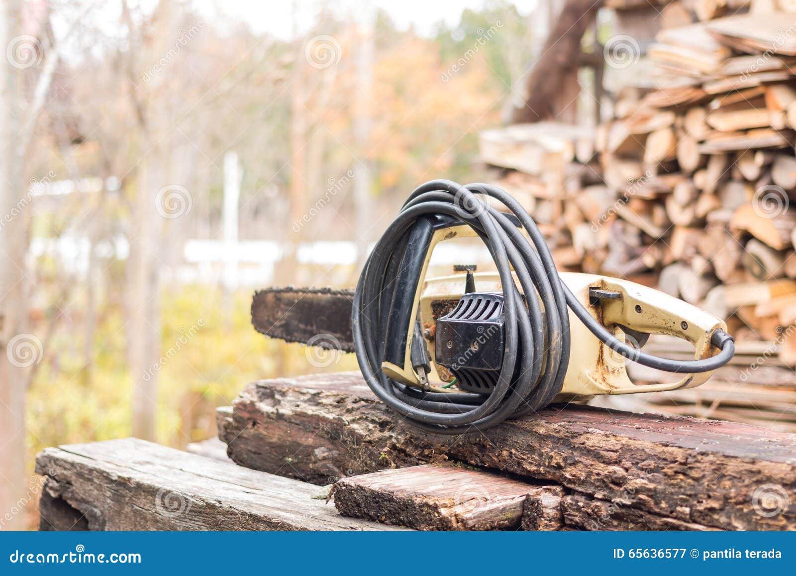Vieille et rouillée coupe de lame de tronçonneuse sur en bois