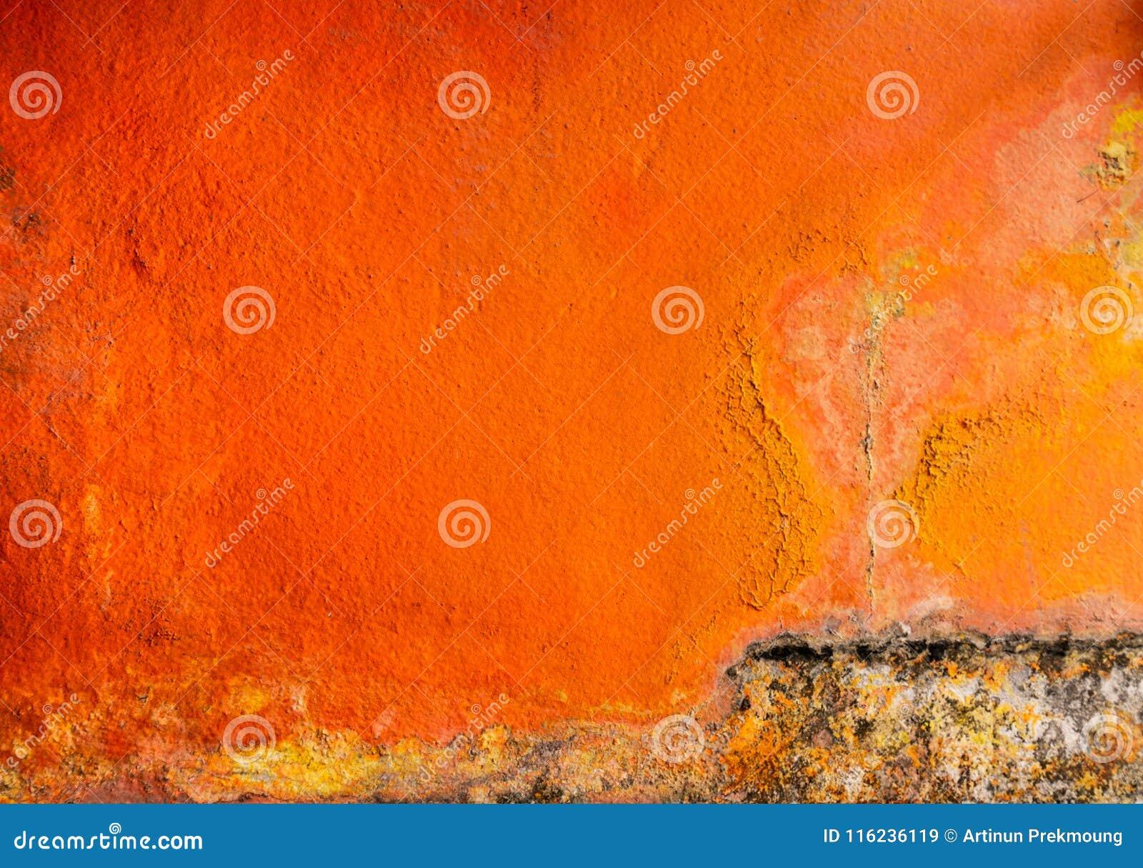 Vieille et sale couleur orange peinte sur le fond de texture de mur en béton avec l espace Champignon sur le mur de maison