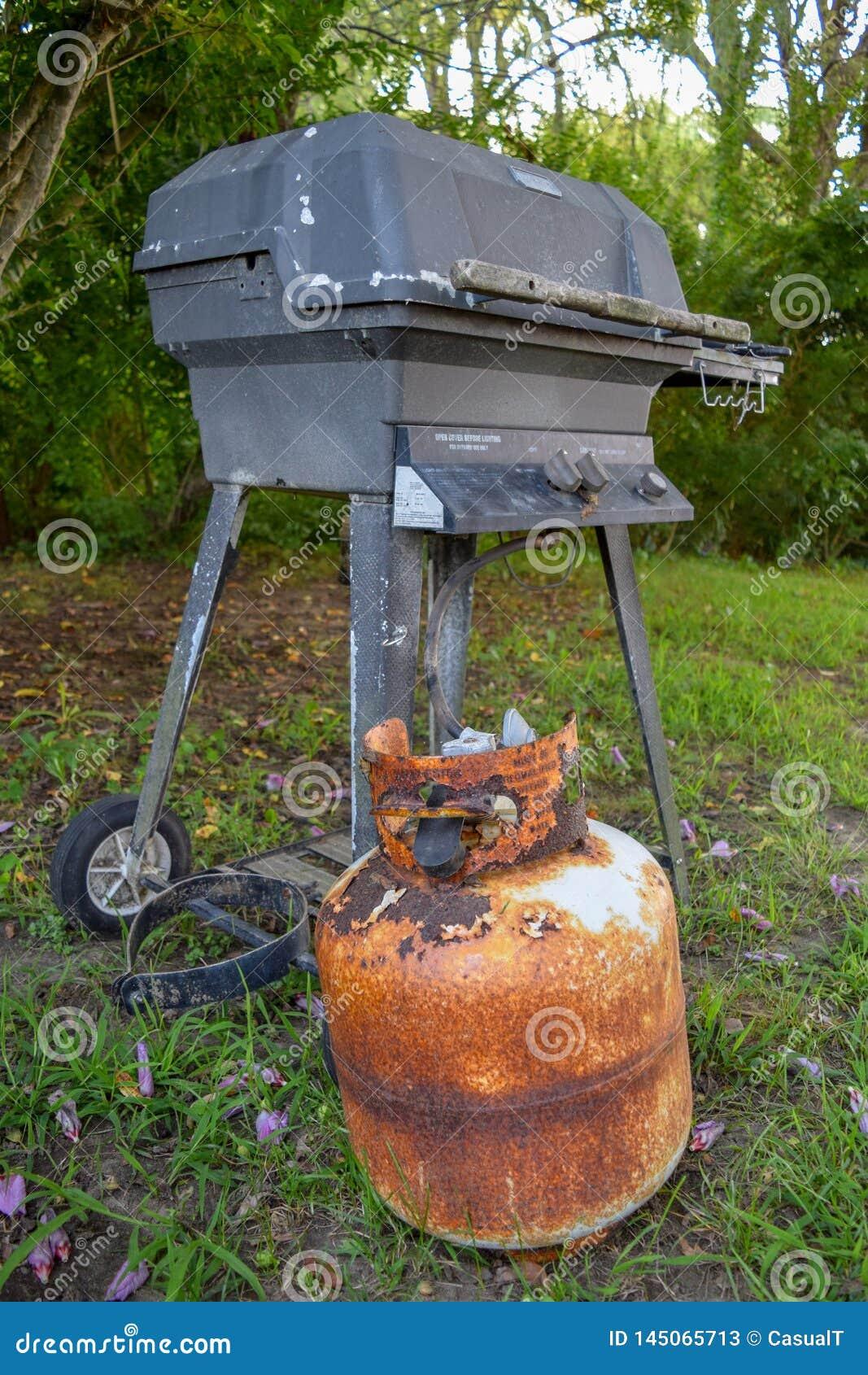 Vieille et très rouillée boîte métallique de propane et gril extérieur