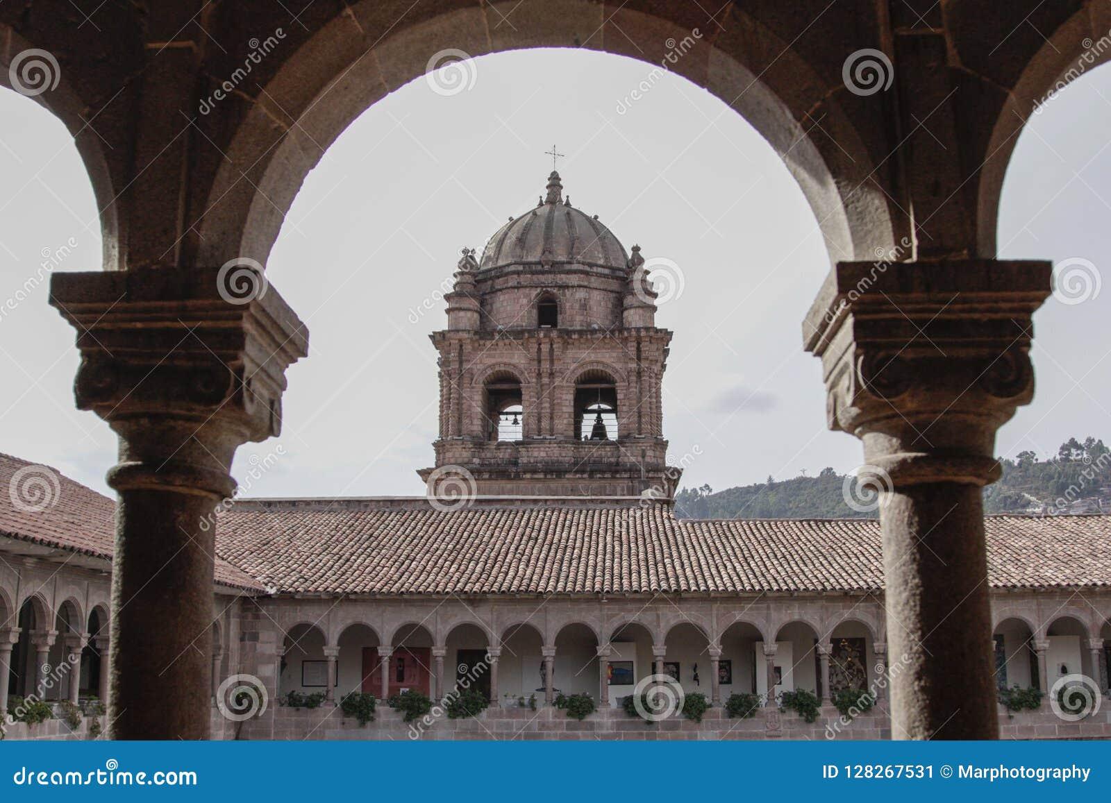Vieille façade d église catholique dans Cuzco Pérou