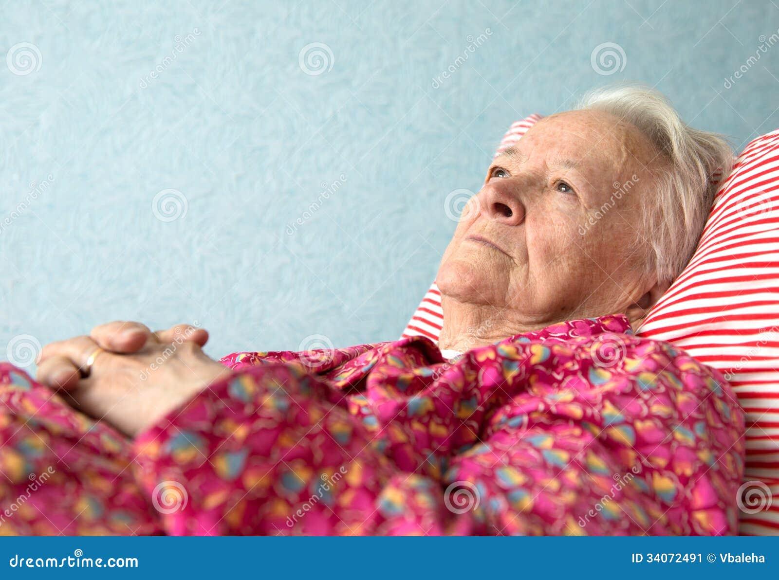 vieille femme malade se trouvant au lit image stock image 34072491. Black Bedroom Furniture Sets. Home Design Ideas