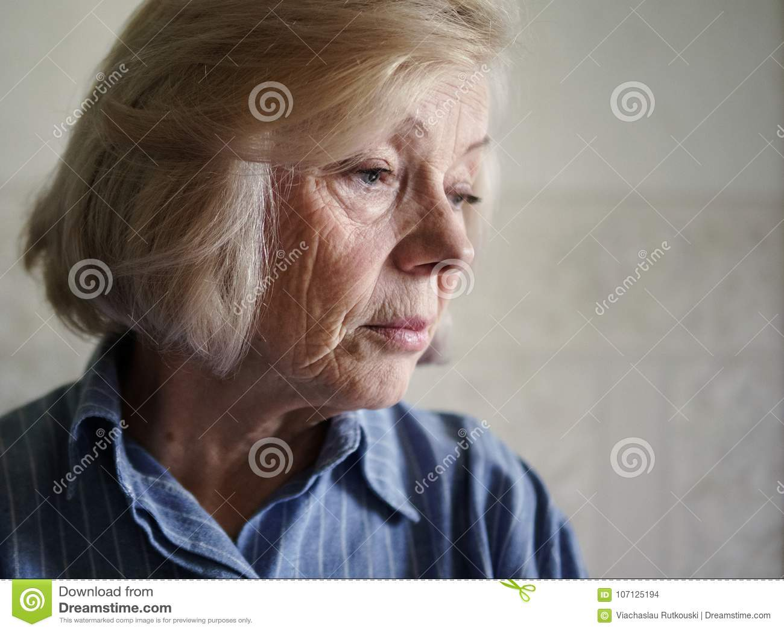 Vieille femme triste