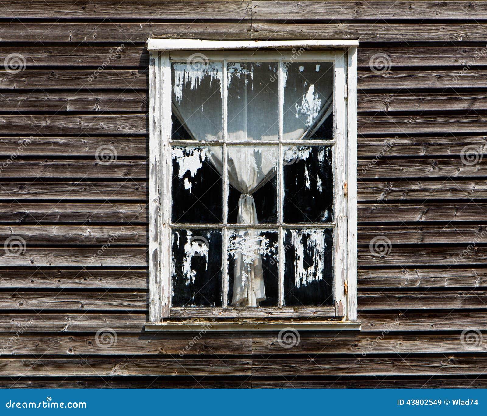 Vieille fen tre avec un rideau de maison en bois photo for Decoration avec vieille fenetre