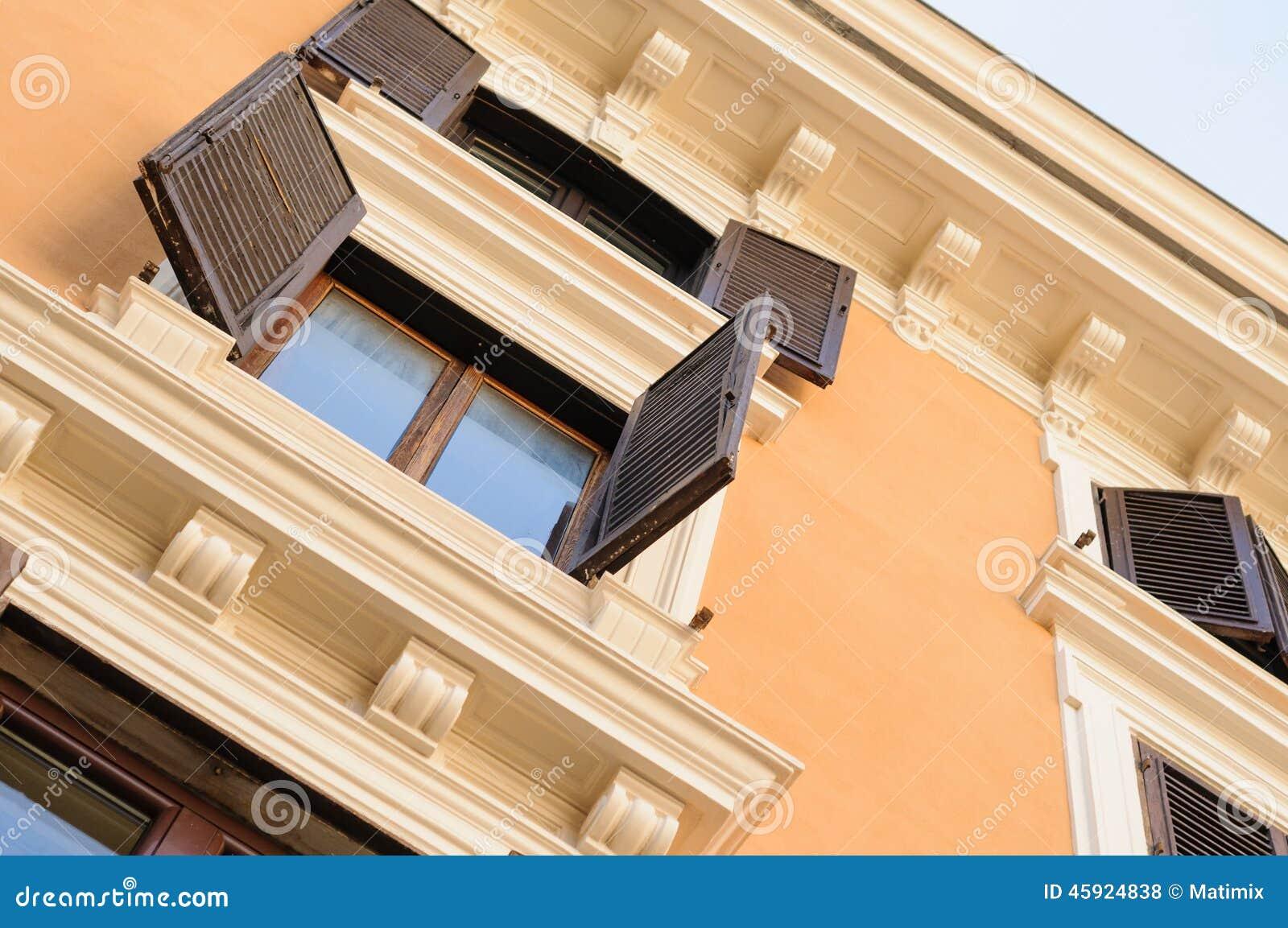 vieille fen tre en bois d 39 appartement photo stock image 45924838. Black Bedroom Furniture Sets. Home Design Ideas