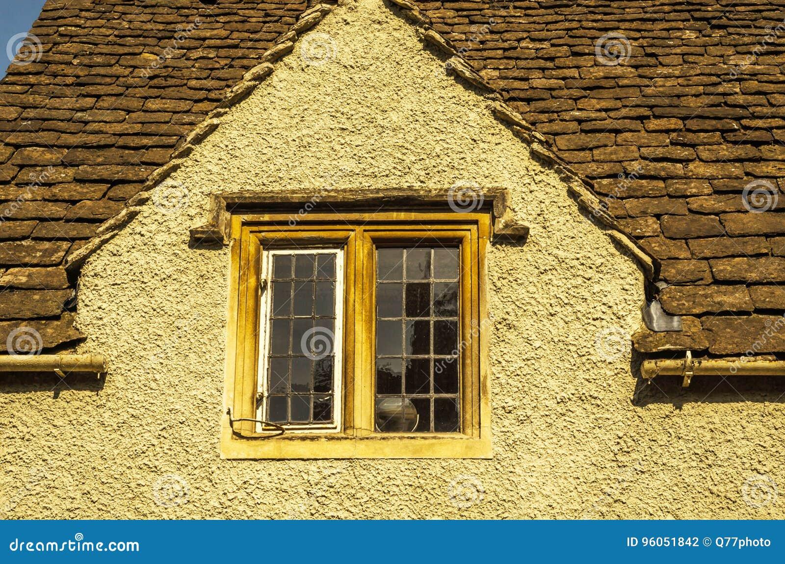 Vieille fenêtre en bois dans un bâtiment historique, pierre caractéristique f