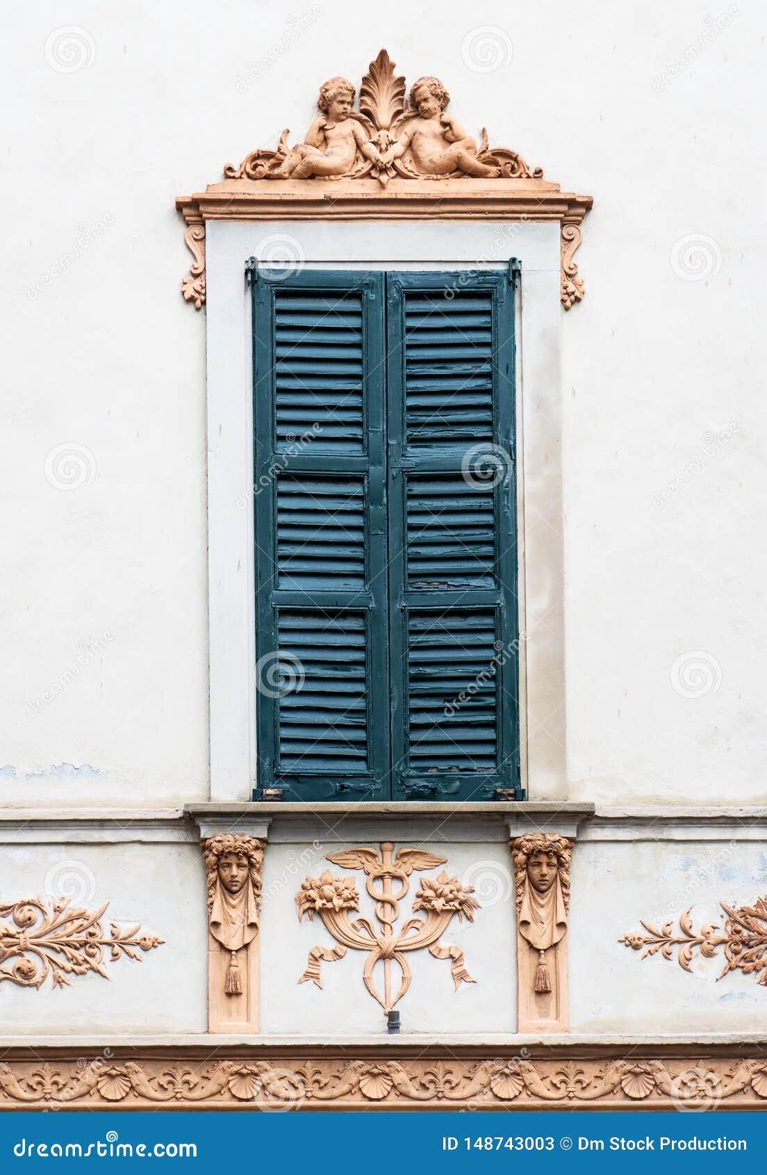 Vieille fen?tre italienne avec le fresque