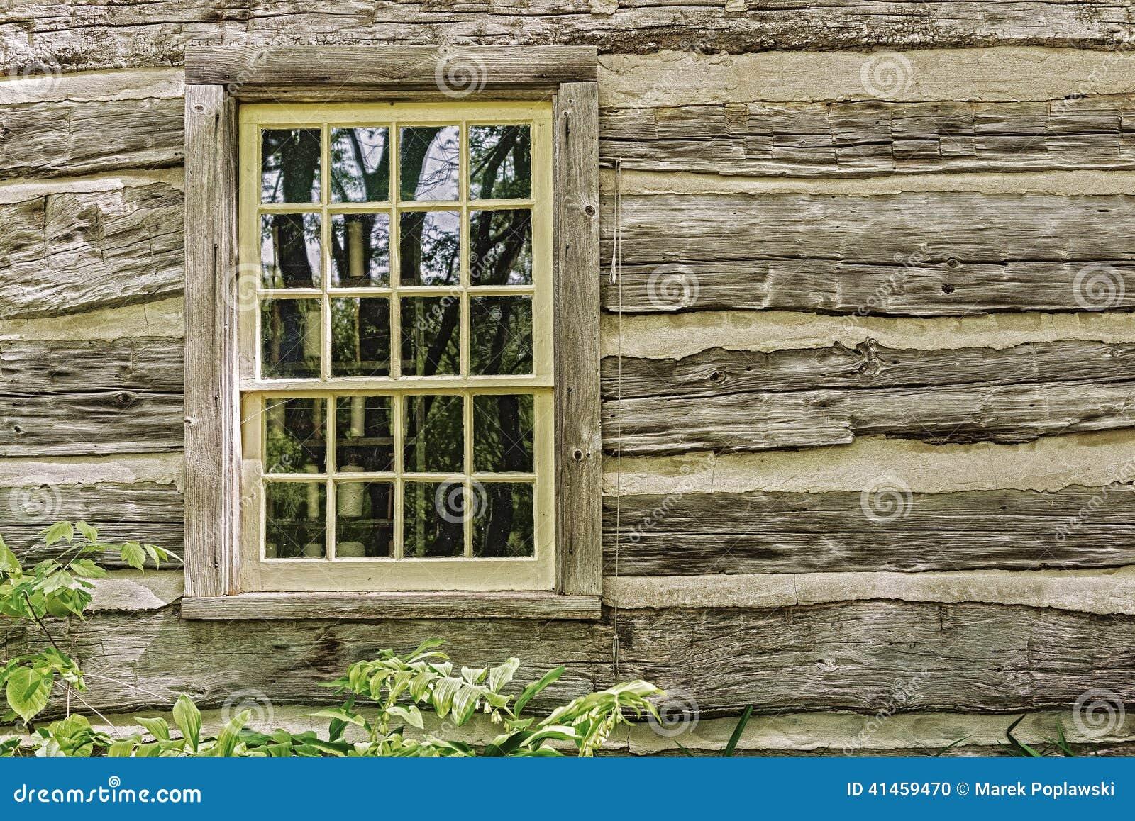 vieille fen tre sur un mur en bois de maison de ferme photo stock image 41459470. Black Bedroom Furniture Sets. Home Design Ideas
