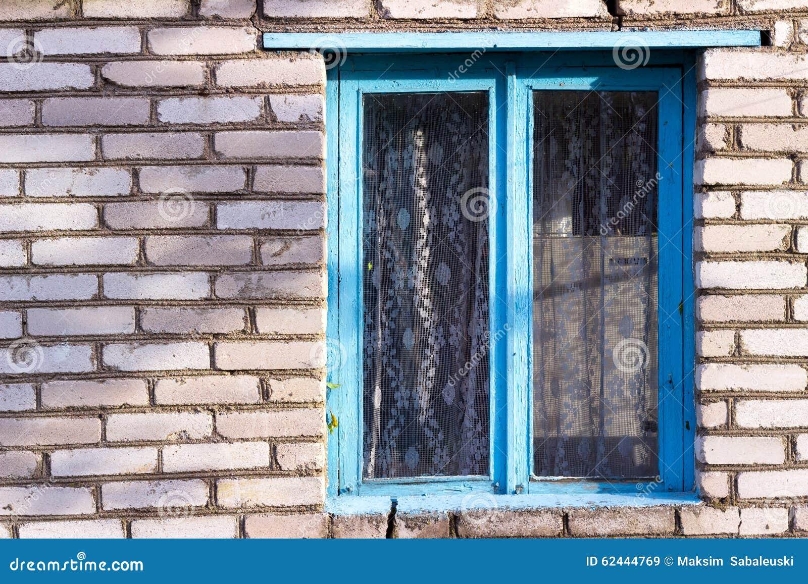 vieille fen tre en bois bleue dans la maison d 39 un village blanc de brique photo stock image. Black Bedroom Furniture Sets. Home Design Ideas