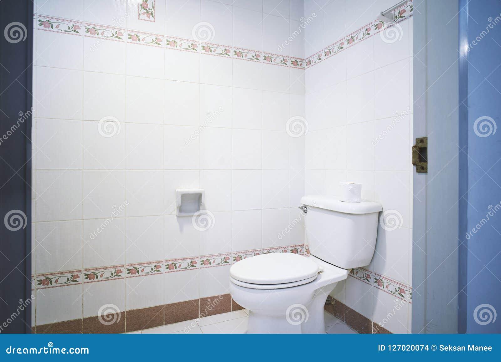 Vieille Generique Piece De Toilettes De Toilette D Appartement Ou Toilette De Petit Hotel Avec Le Modele Simple De Tuile Photo Stock Image Du Piece Vieille 127020074