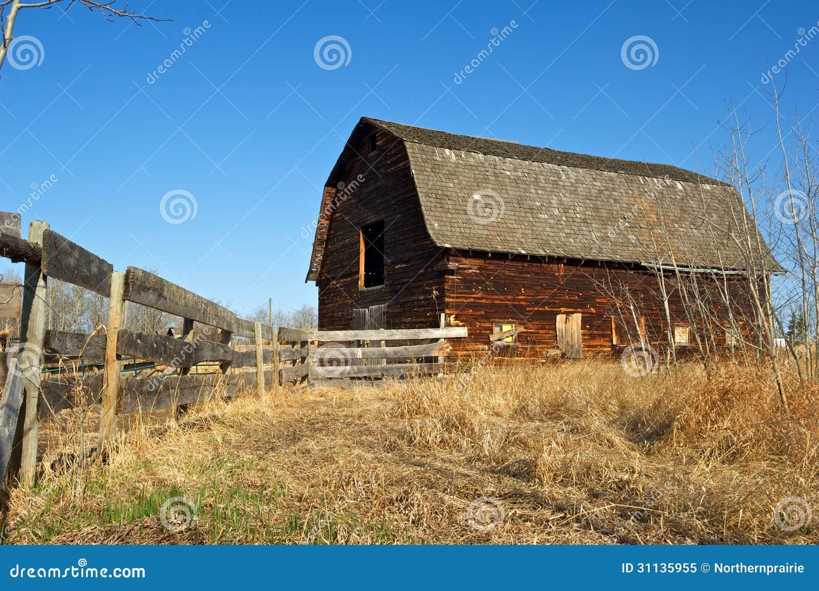 Vieille grange abandonn e et barri re en bois photo libre for Grange bois en kit