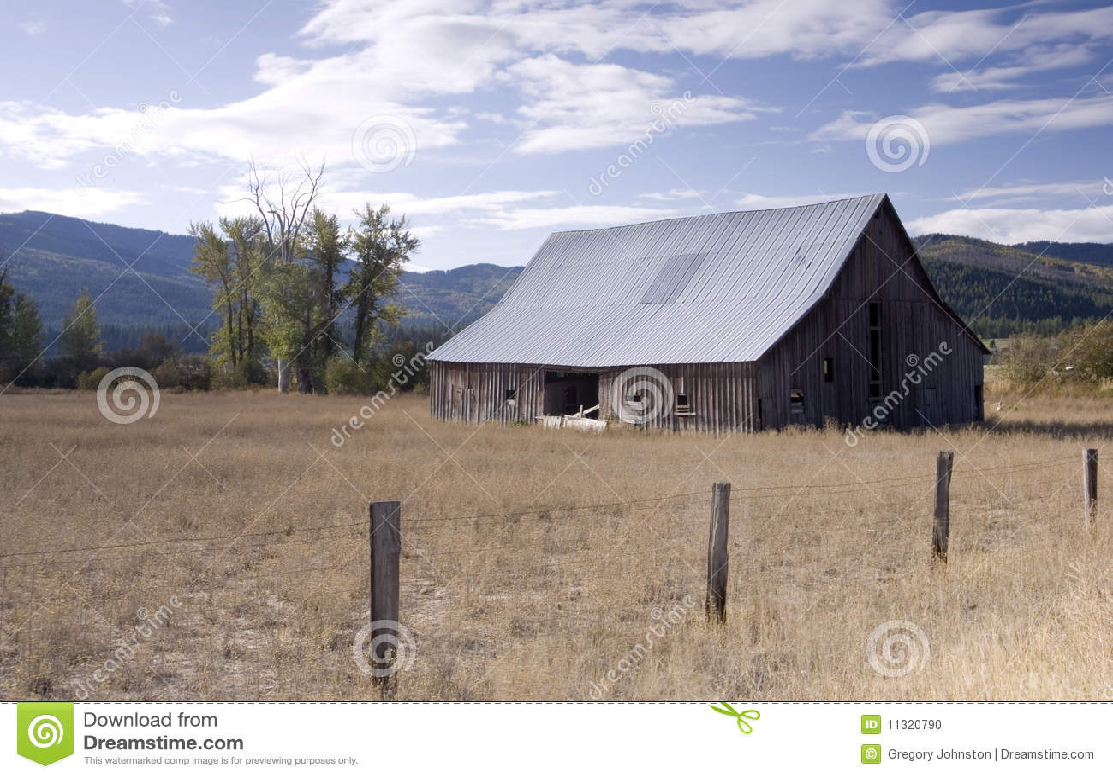 Vieille grange dans une zone rurale.