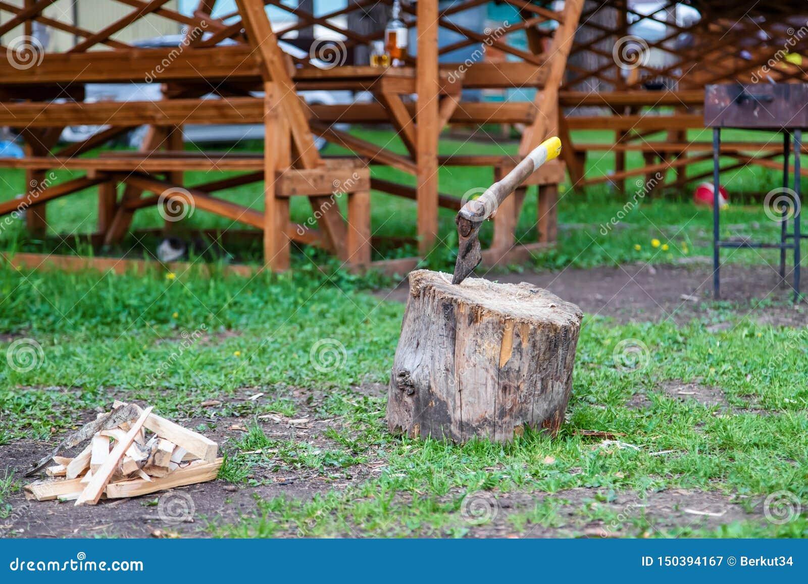 Vieille hache fiable coincée dans un grand tronçon