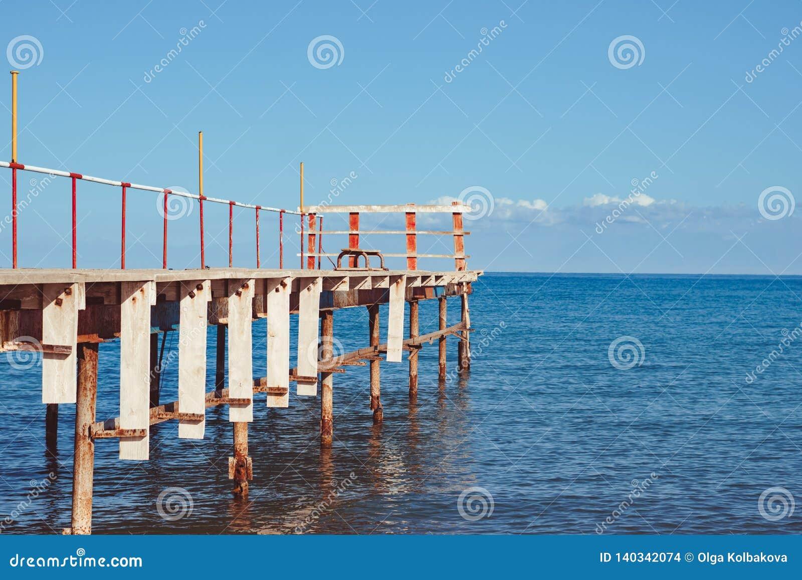 Vieille jetée par la mer