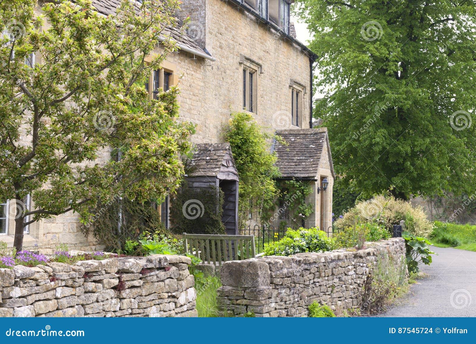 vieille maison anglaise avec le jardin de mur en pierre photo stock image du propri t t. Black Bedroom Furniture Sets. Home Design Ideas