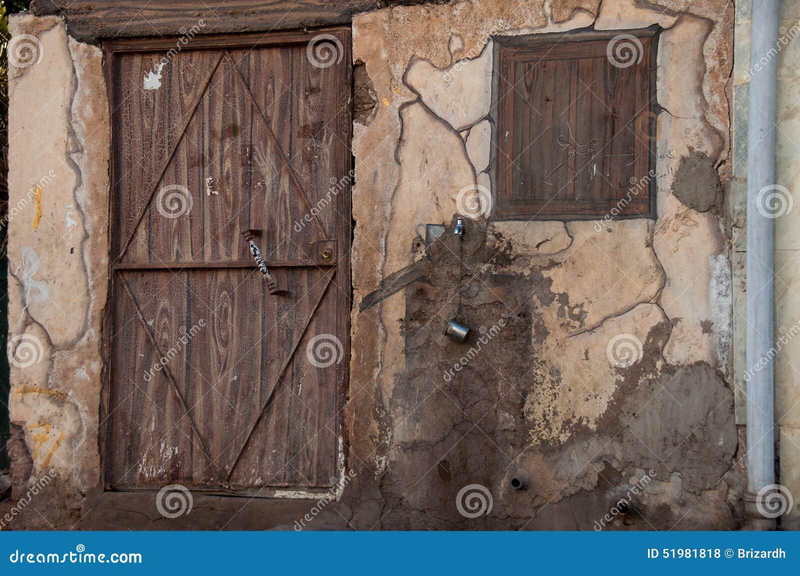 Vieille maison avec la porte en bois arabie saoudite - Vieille porte en bois ...