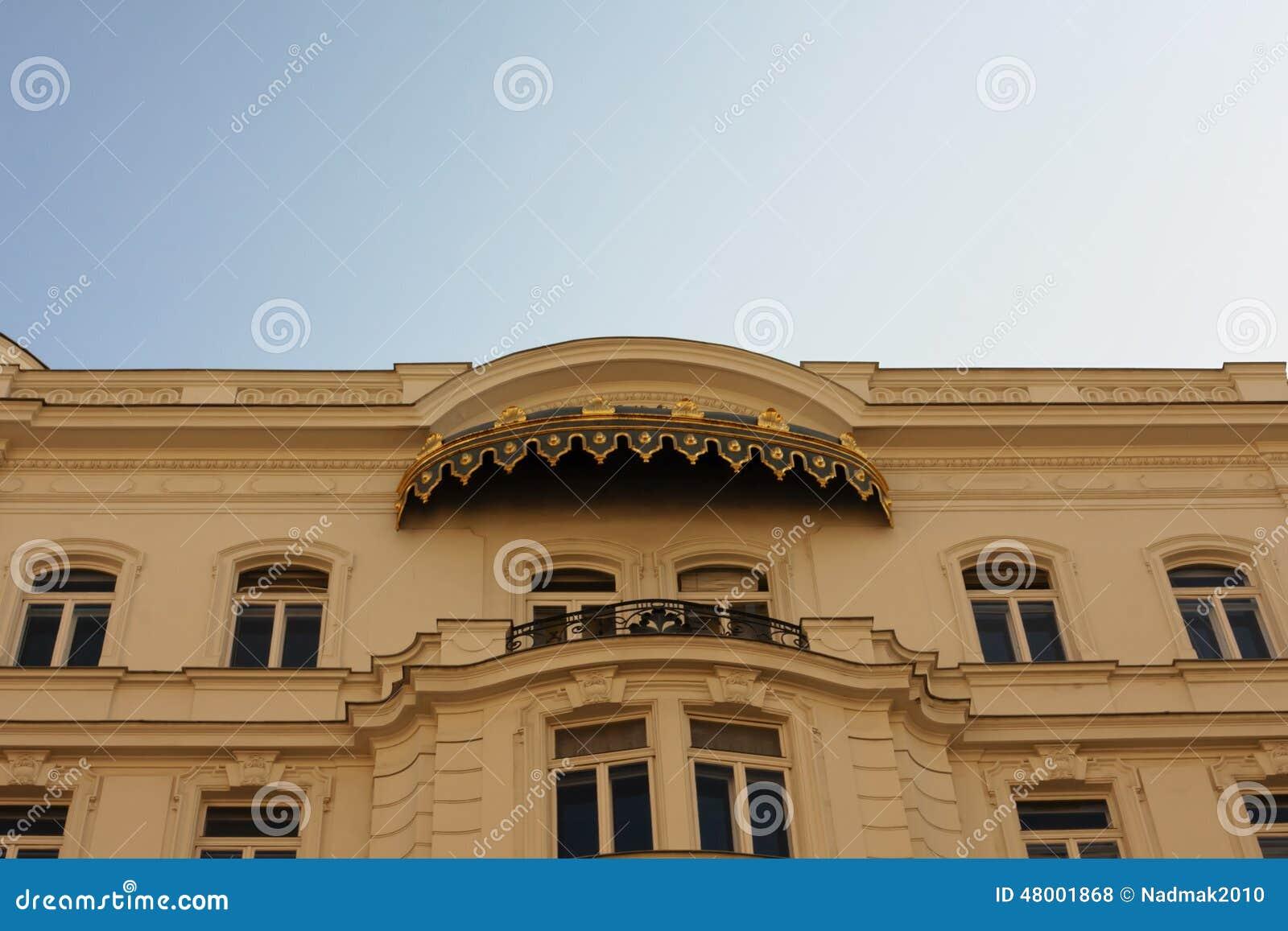 Auvent Balcon concernant vieille maison avec un balcon et un auvent au-dessus de lui photo