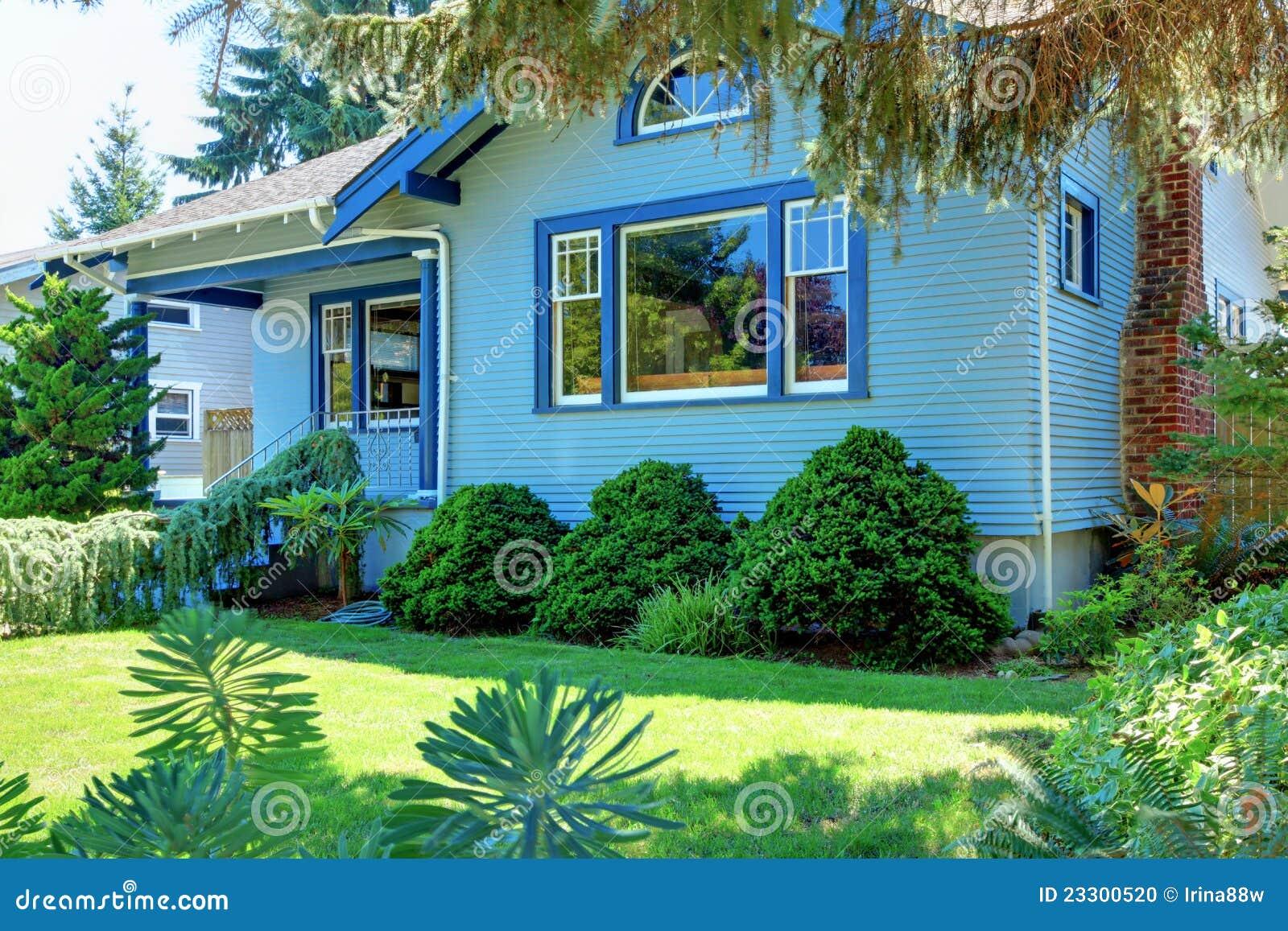 Vieille maison bleue de type d 39 artisan derri re l 39 arbre for Maison de l artisan