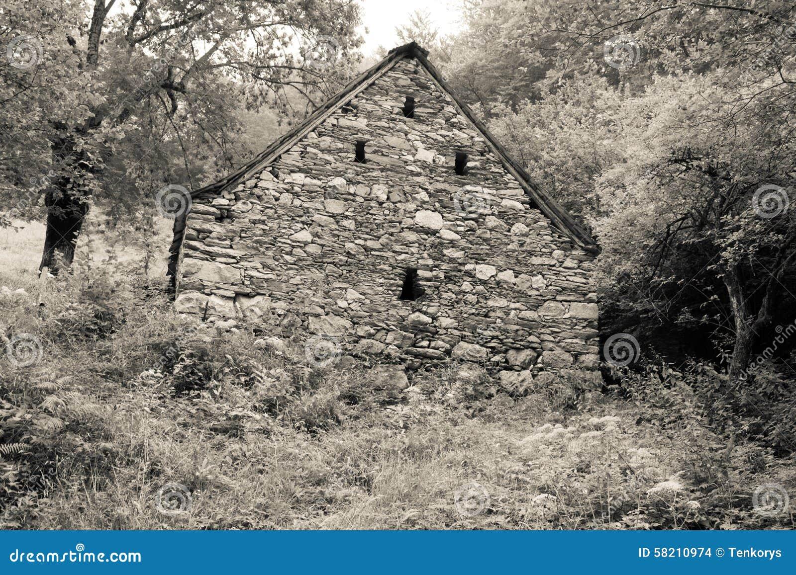 Vieille maison construite de la pierre dans le paysage for Exterieur vieille maison