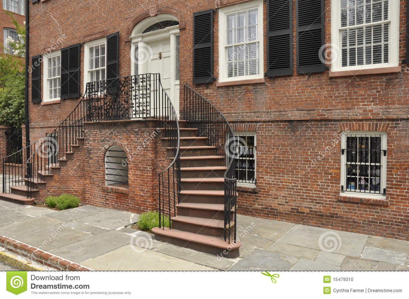 Vieille maison de brique rouge photo stock image 15479310 for Escalier exterieur entree maison