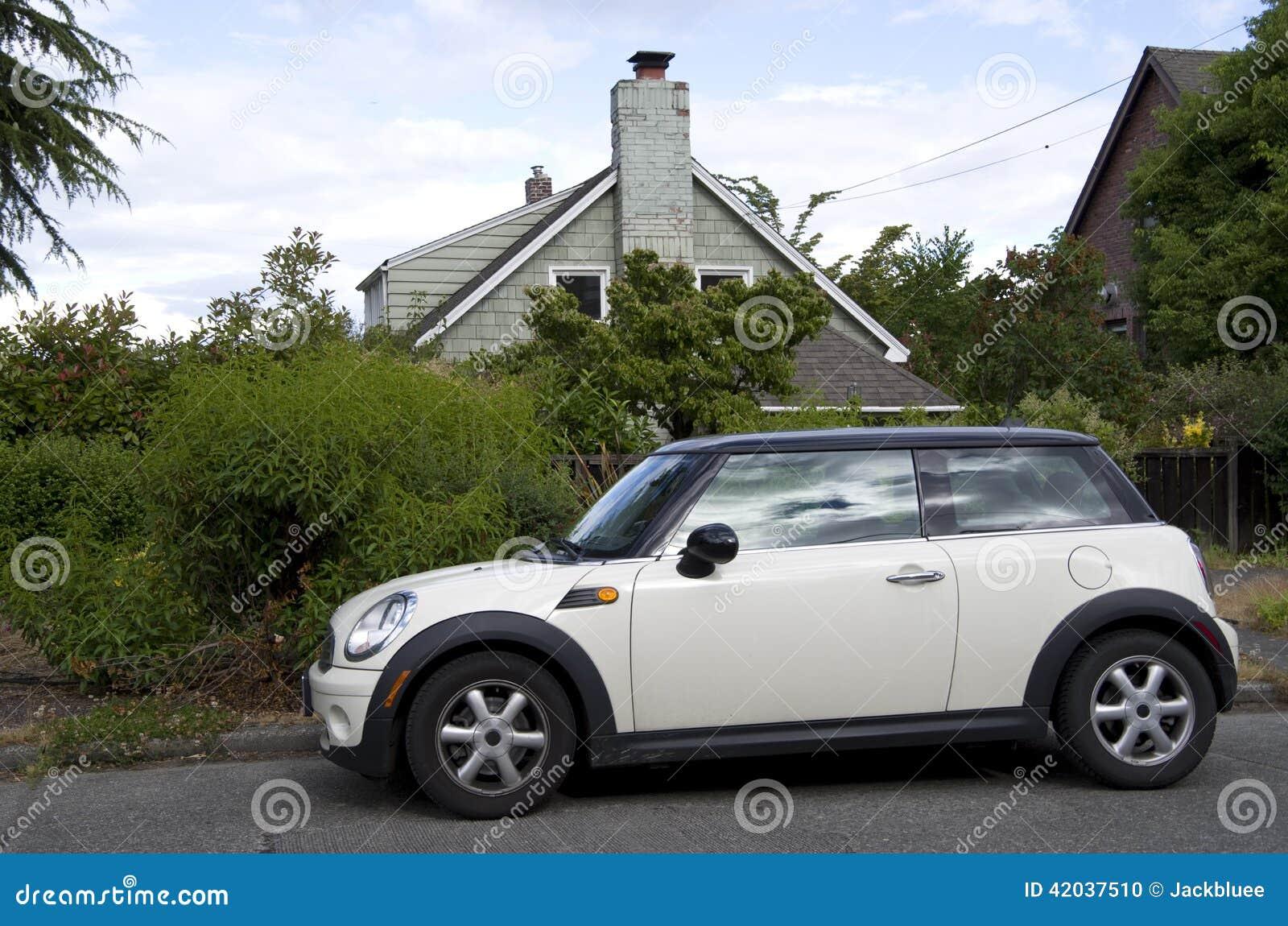 vieille maison de nouvelle petite voiture photo stock image 42037510. Black Bedroom Furniture Sets. Home Design Ideas