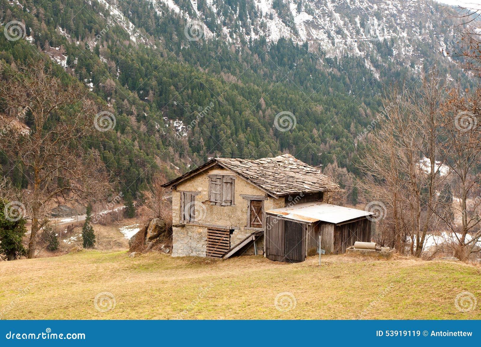 Vieille maison en bois abandonn e sur une montagne photo - Documenti per affittare una casa ...