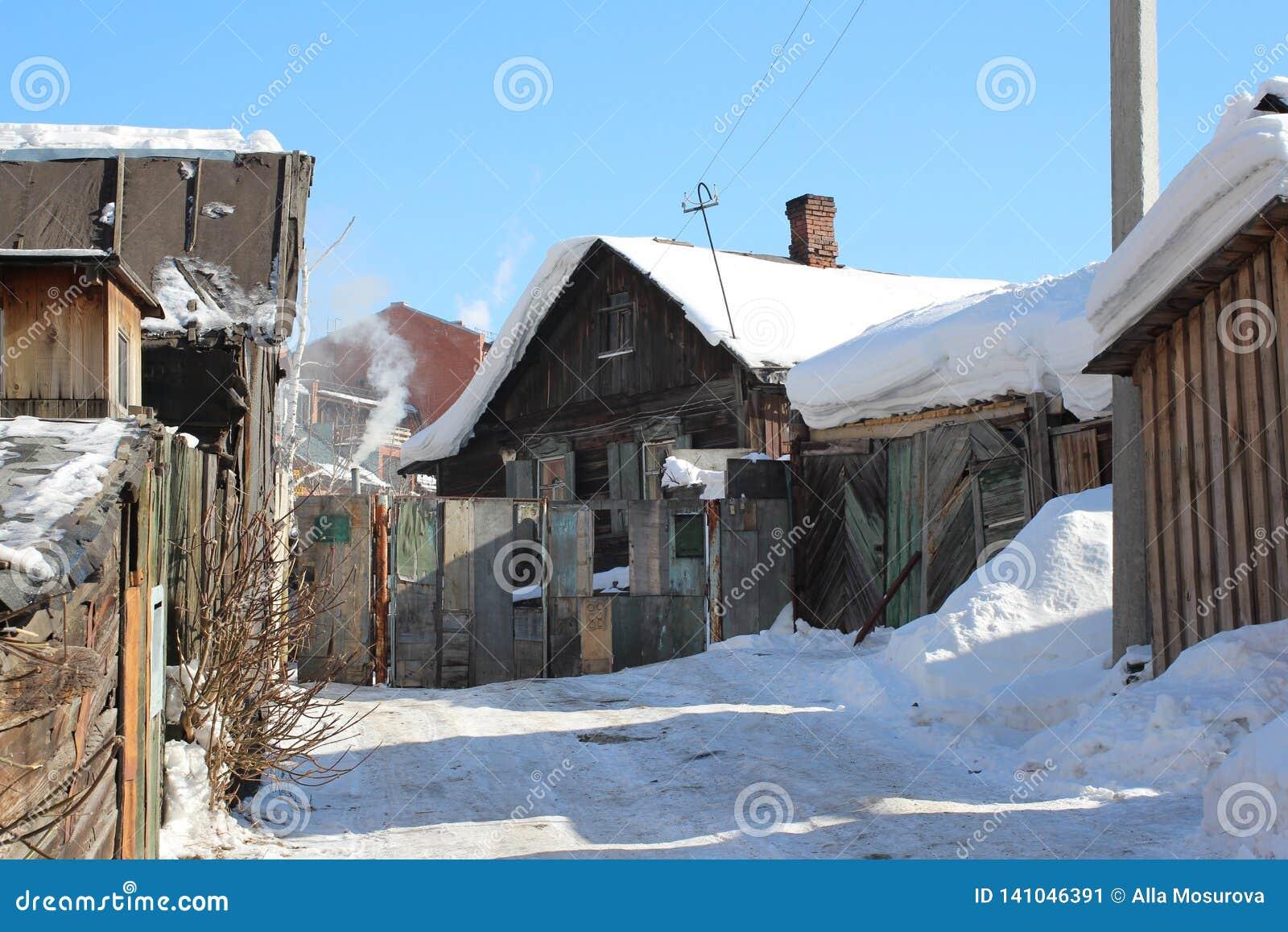 Vieille maison en bois de village avec des annexes pendant l hiver