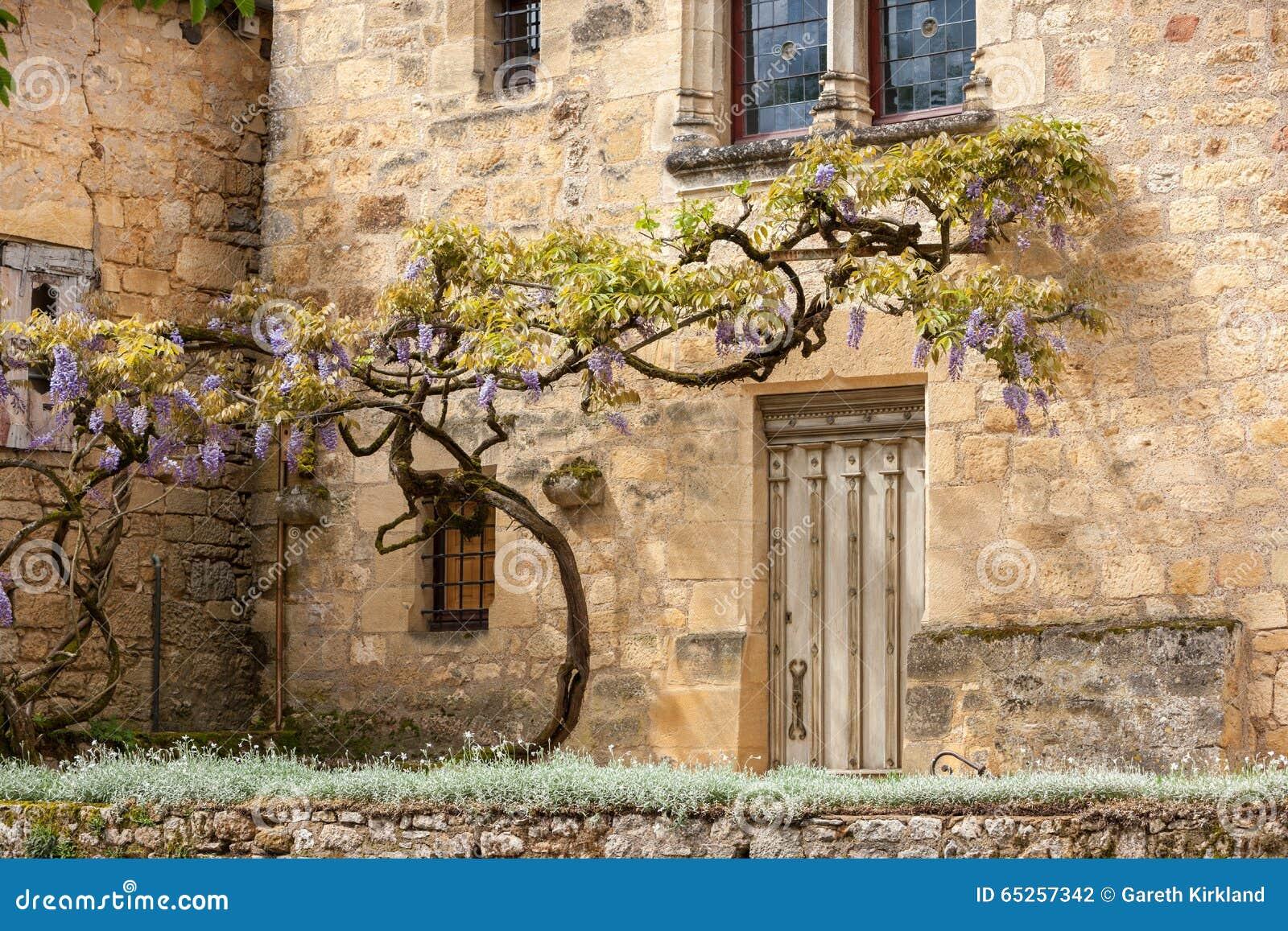 vieille maison en pierre avec une glycine photo stock image du fleurs wisteria 65257342. Black Bedroom Furniture Sets. Home Design Ideas
