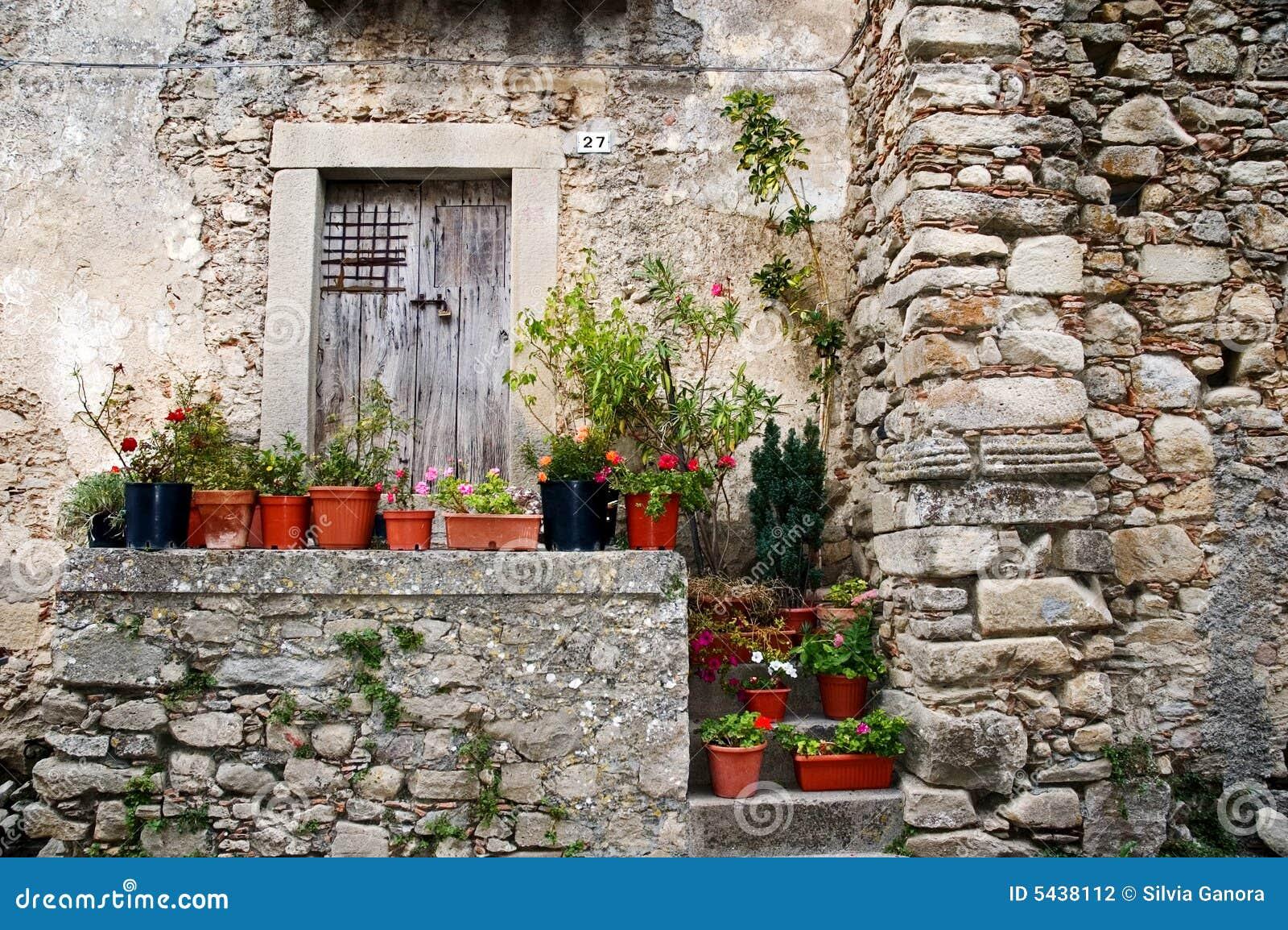 vieille maison en pierre italienne photo stock image du fleurs italien 5438112. Black Bedroom Furniture Sets. Home Design Ideas