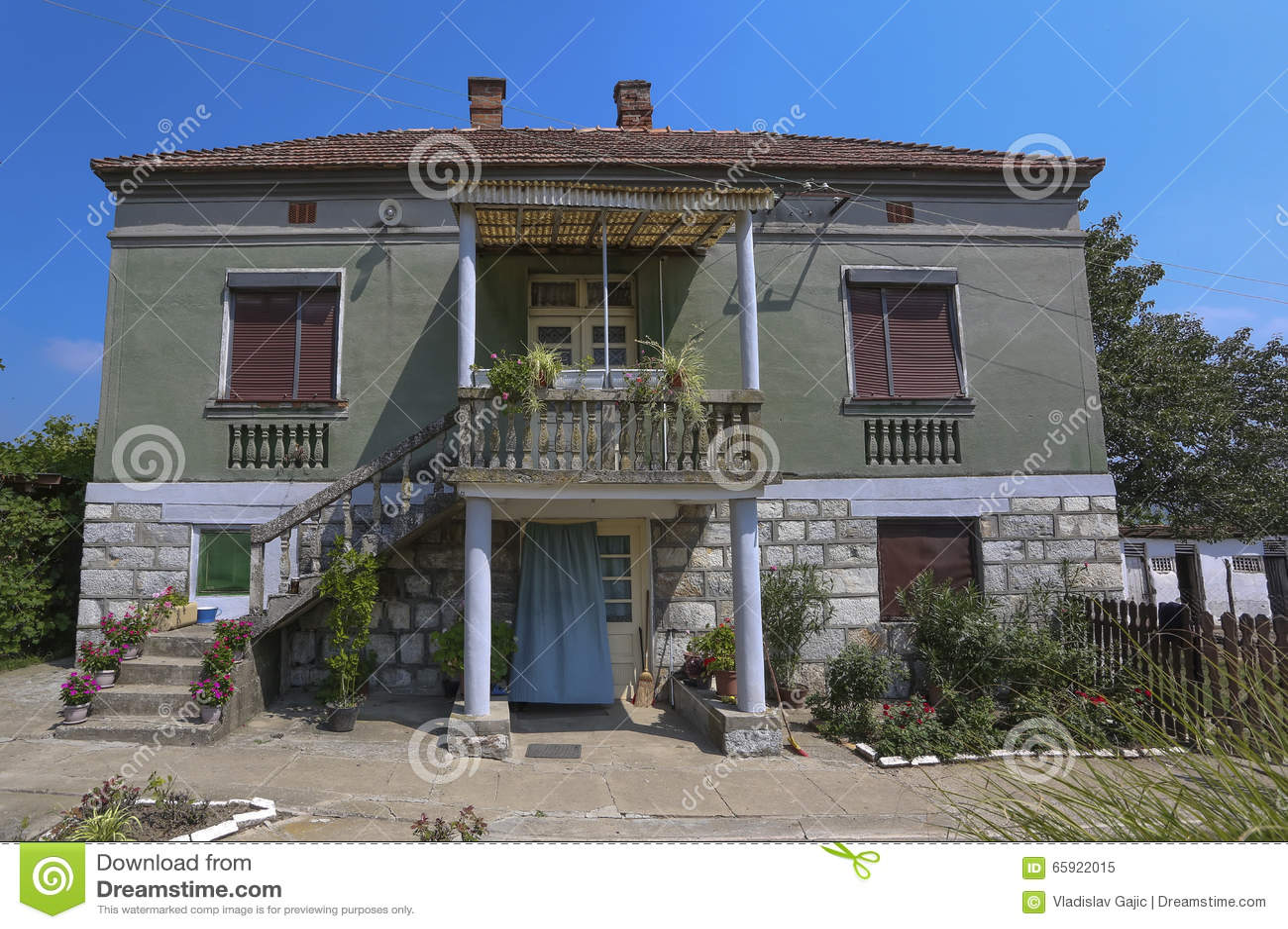 Vieille maison en serbie image stock image du pays vert for Exterieur vieille maison