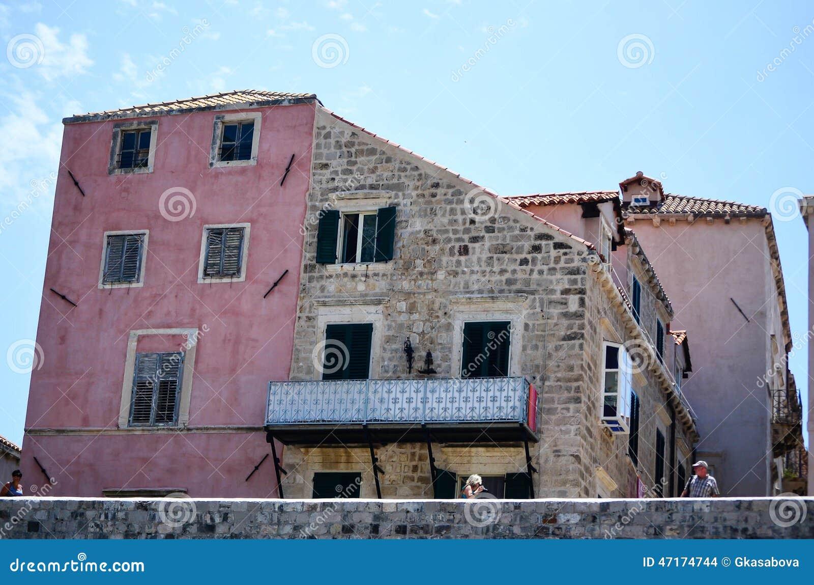 Vieille maison rose dans la vieille ville de dubrovnik for Rosy dans 7 a la maison