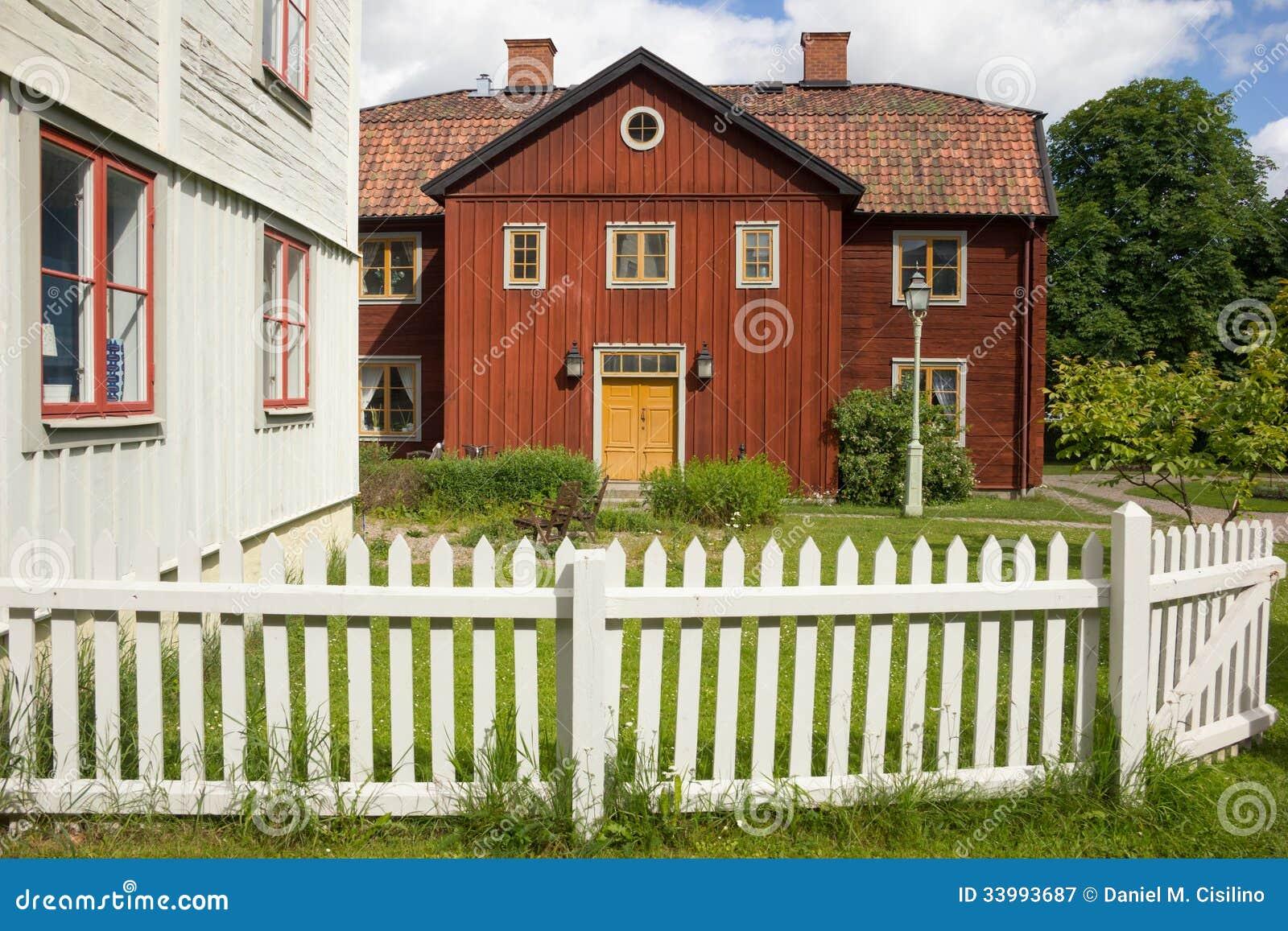 Vieille maison rouge scandinave de bois de construction for Maison suedoise en bois