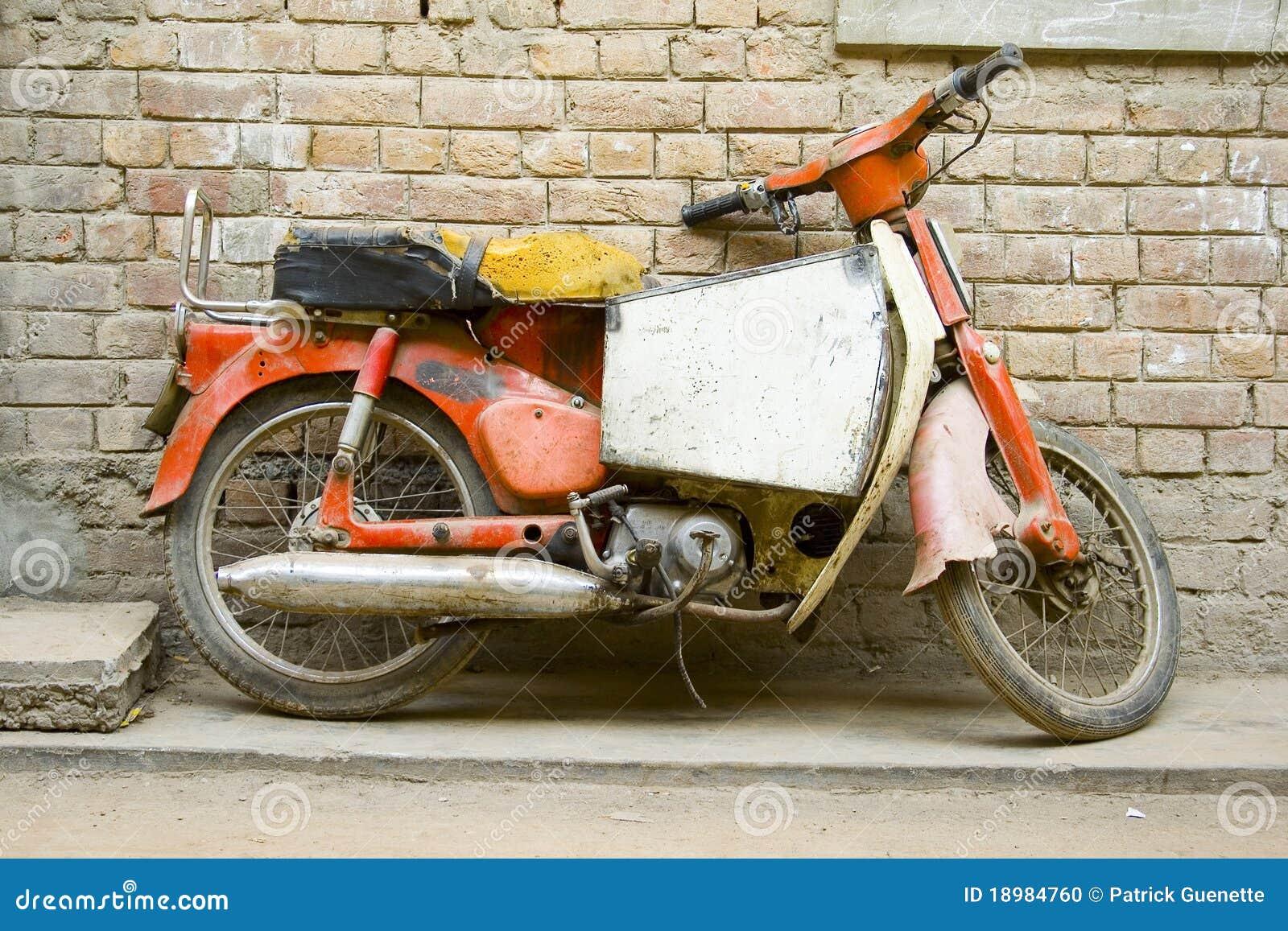 vieille moto photo stock image du brique us moto 18984760. Black Bedroom Furniture Sets. Home Design Ideas
