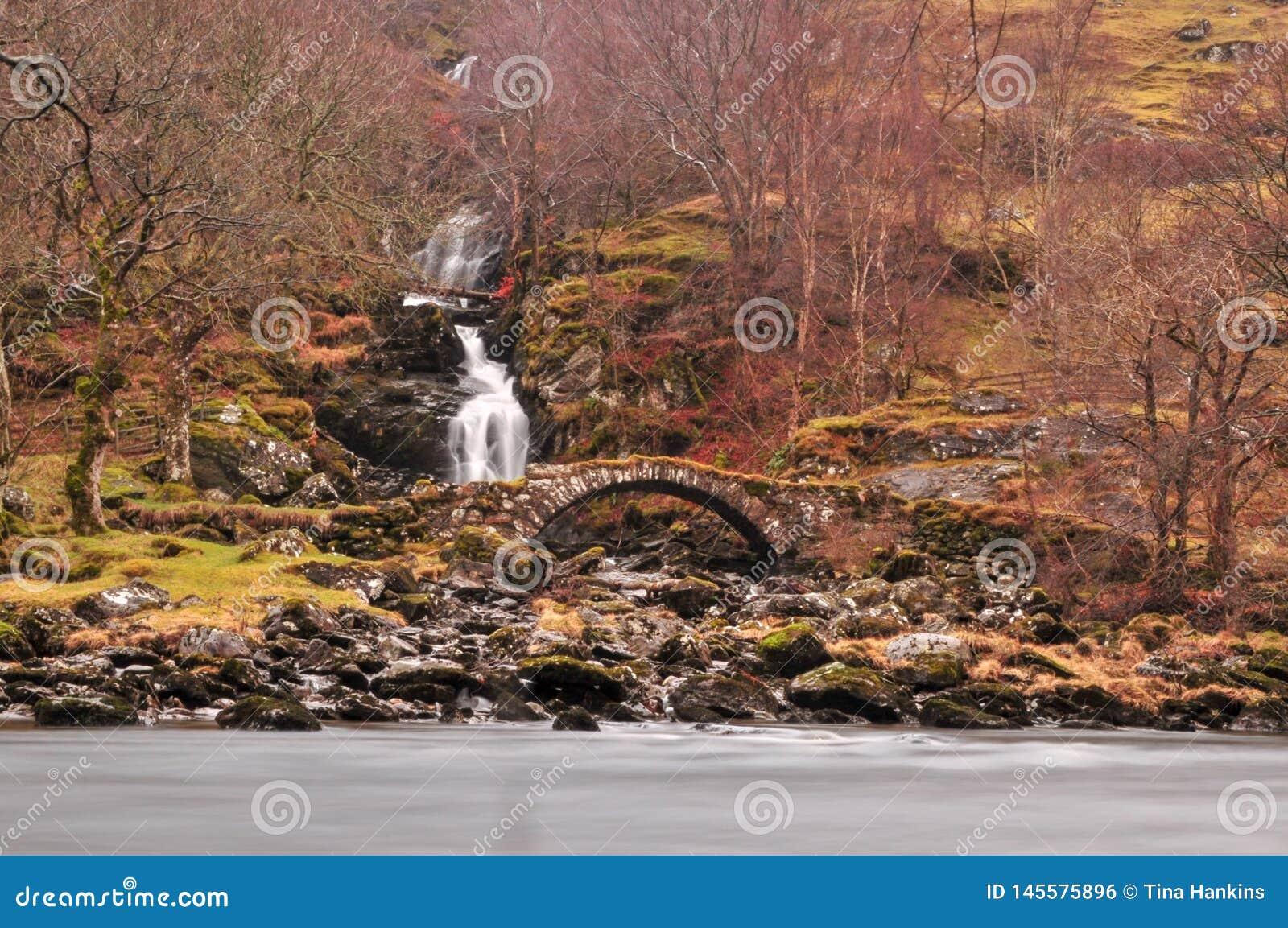 Vieille passerelle romaine avec une cascade grande cascadant derri?re