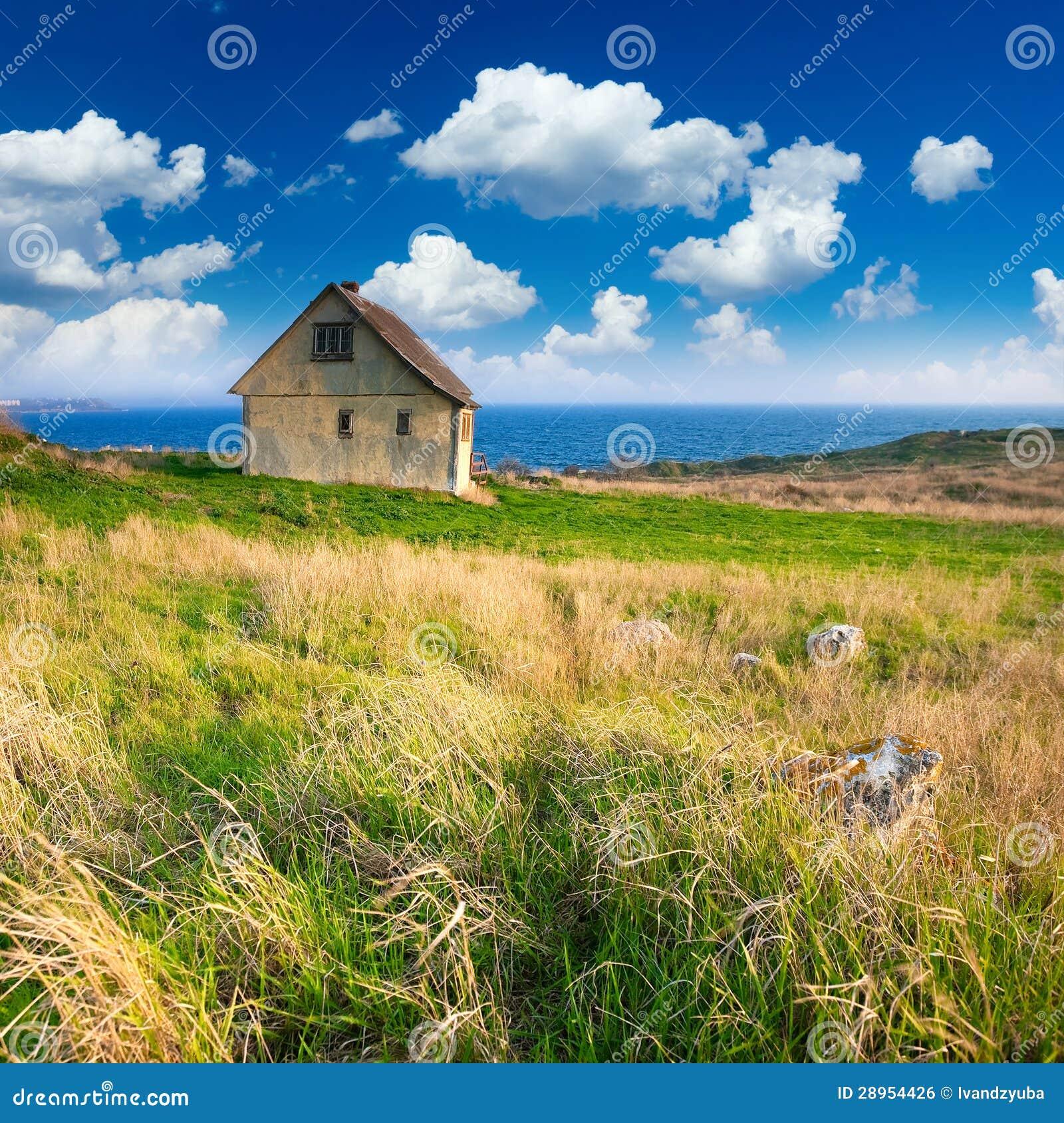 Vieille petite maison par le bord de la mer image libre de - Petite maison bord de mer ...
