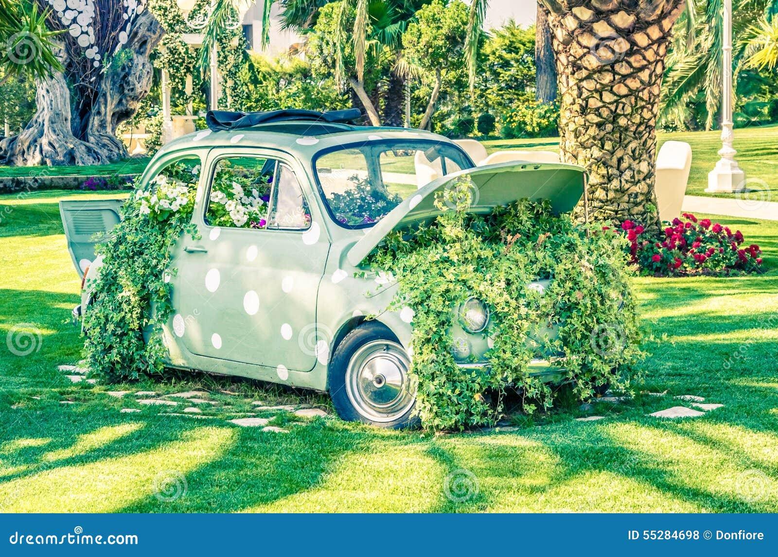 Vieille petite voiture de mariage sur le jardin vert pr s for Petite occasion habille les mariages
