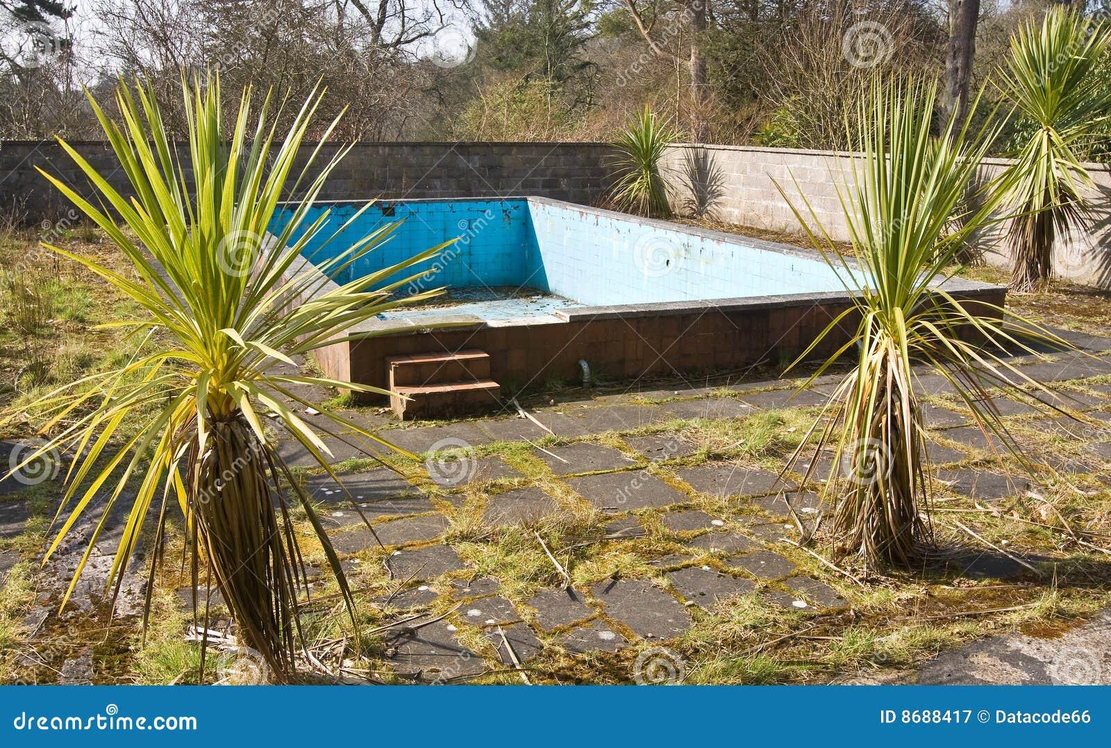 Vieille piscine abandonn e photographie stock libre de for Piscine abandonnee