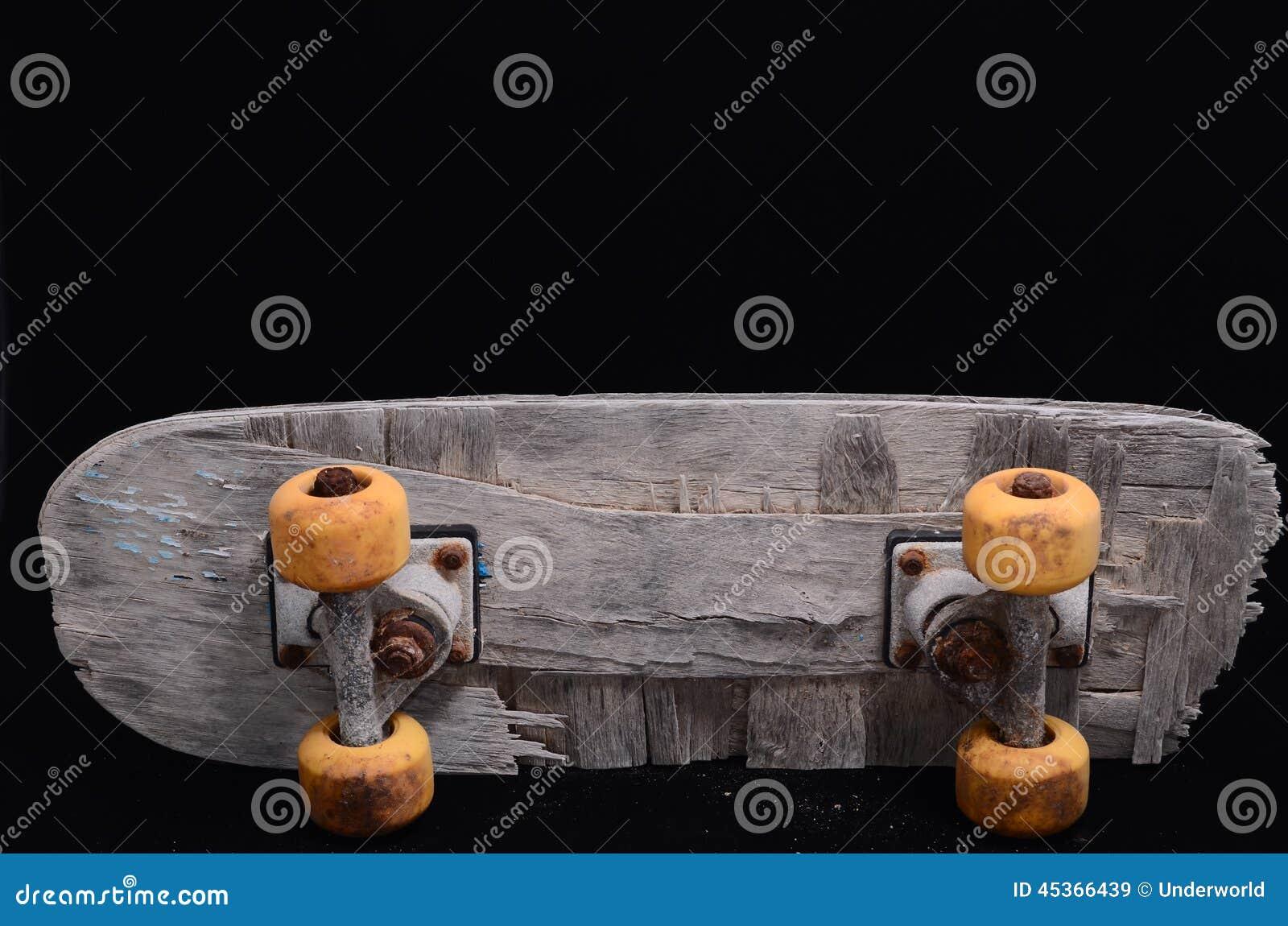 Vieille planche à roulettes en bois utilisée