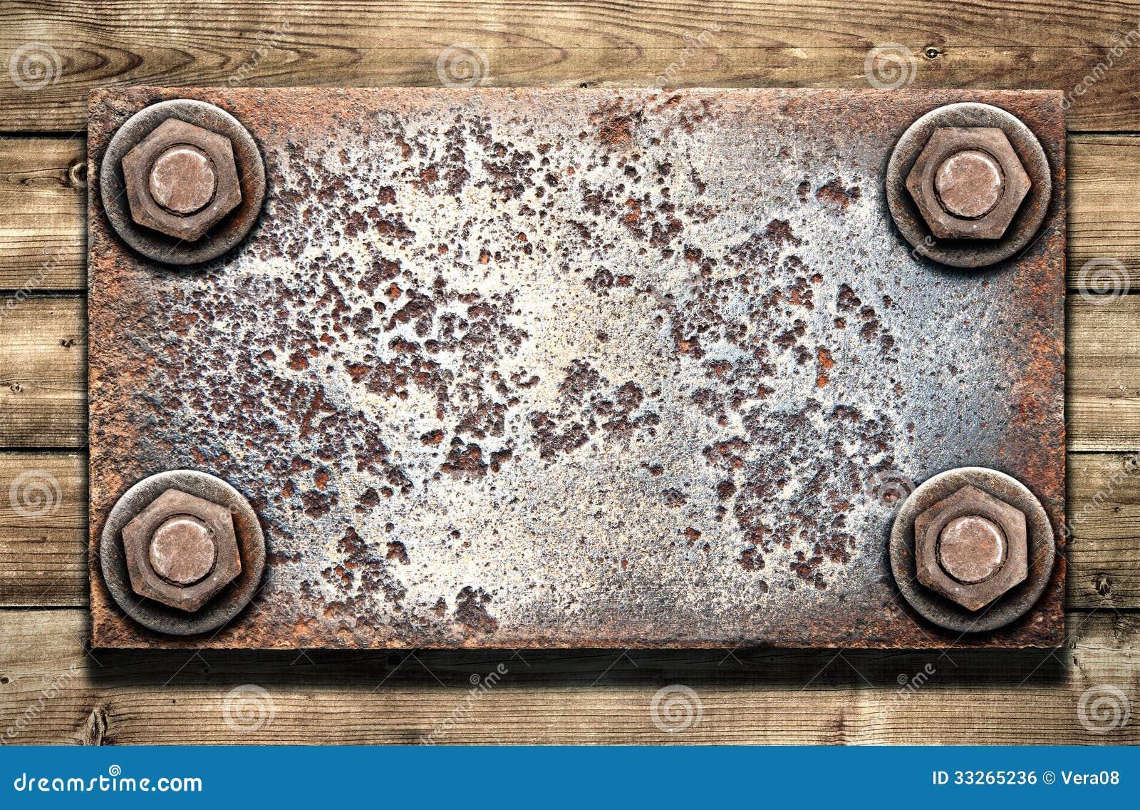 Vieille plaque de métal sur le mur en bois