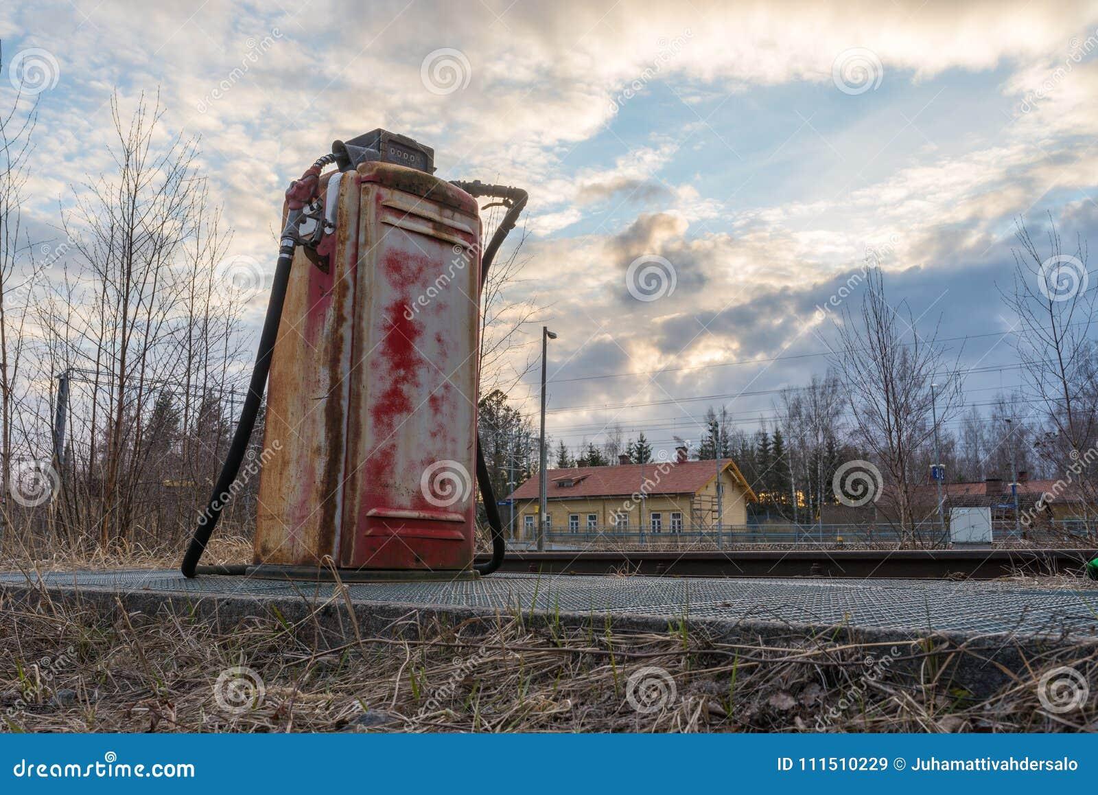 Vieille pompe à gaz dans le côté d un vieux chemin de fer
