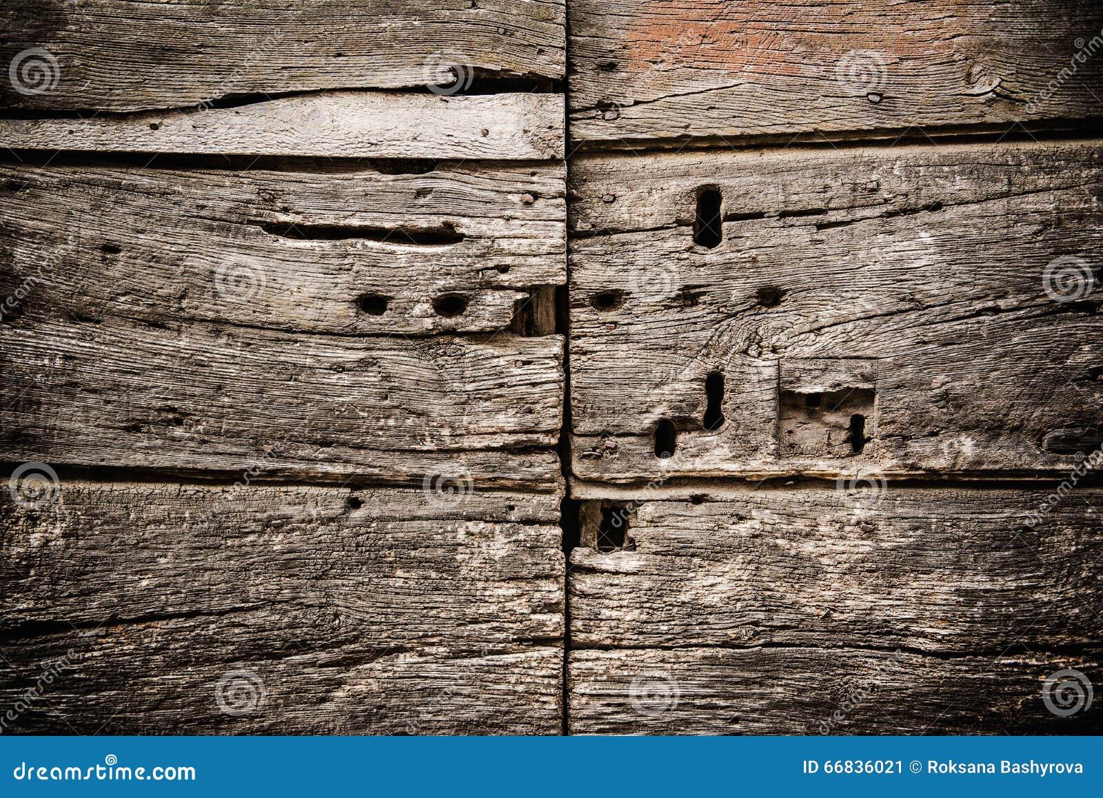 Vieille porte avec des trous de la serrure photo stock image 66836021 - Vieille porte de ferme ...