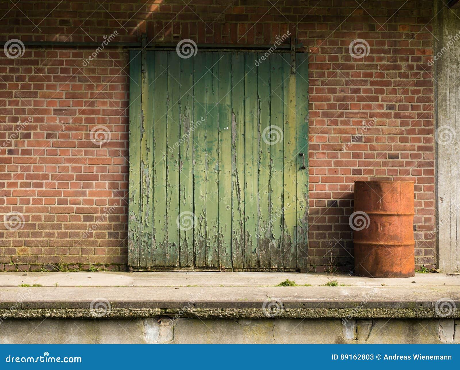 Vieille Porte En Bois Coulissante vieille porte coulissante en bois verte image stock - image